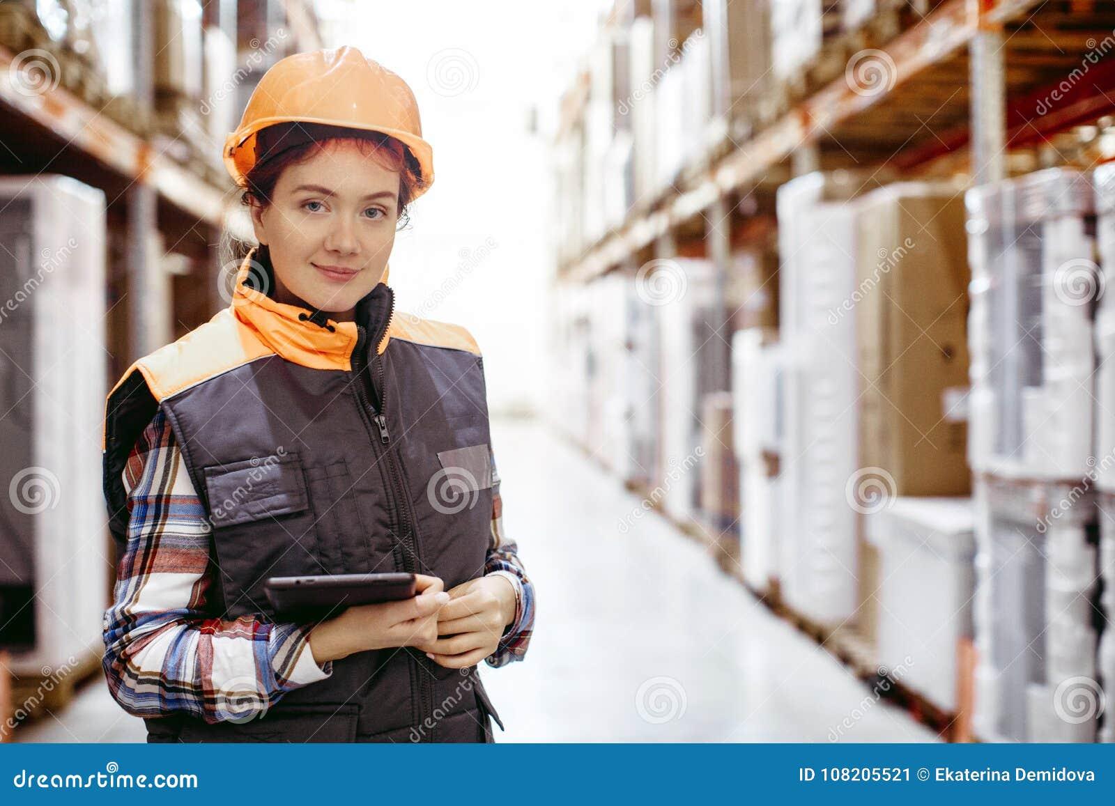 Mulher de sorriso que enrola o armazém digital da tabuleta