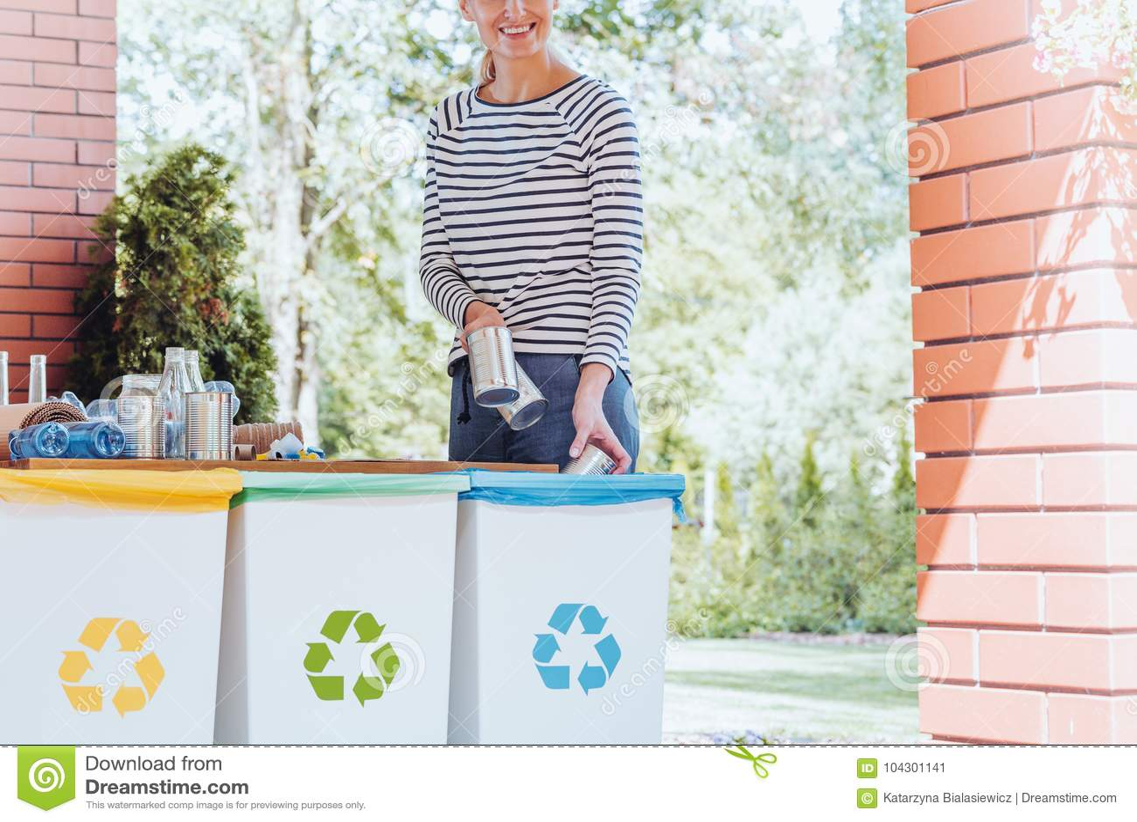 Mulher de sorriso que recicla o desperdício
