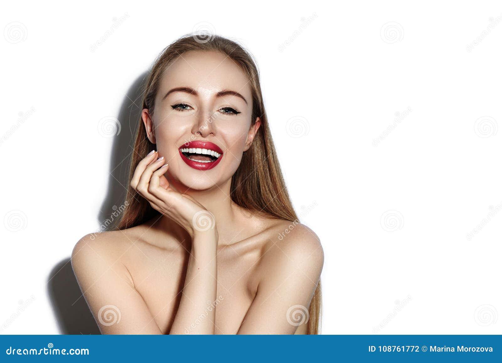 Mulher de sorriso  sexy  com os bordos vermelhos do encanto, composição brilhante, pele limpa Sorriso com dentes brancos Menina f