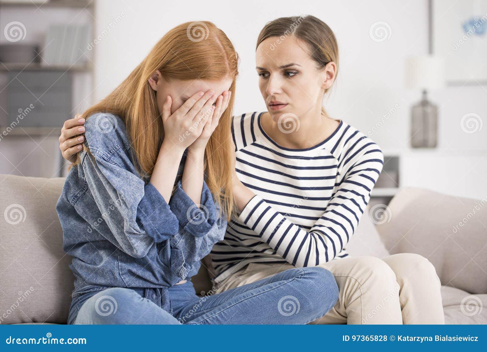 Mulher deprimida consolada pelo amigo
