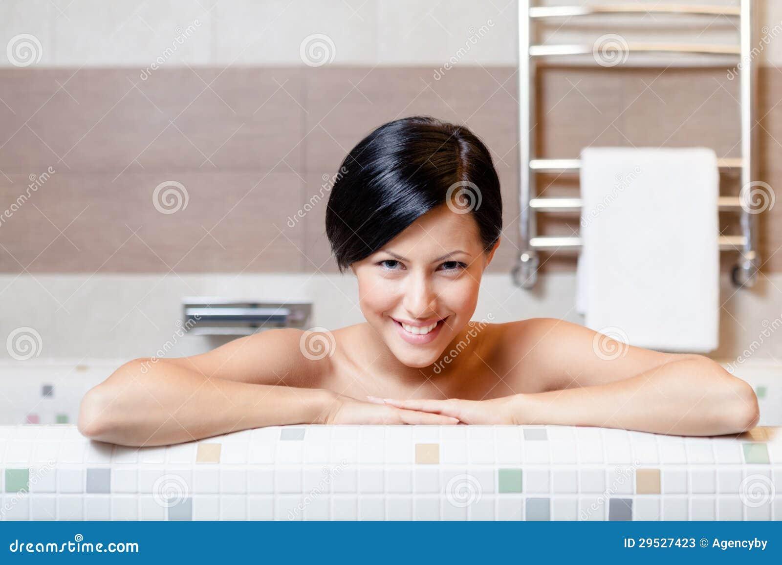 A mulher despida toma um banho