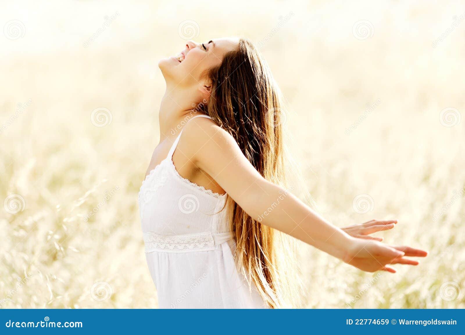 Mulher despreocupada do estilo de vida da vitalidade da liberdade
