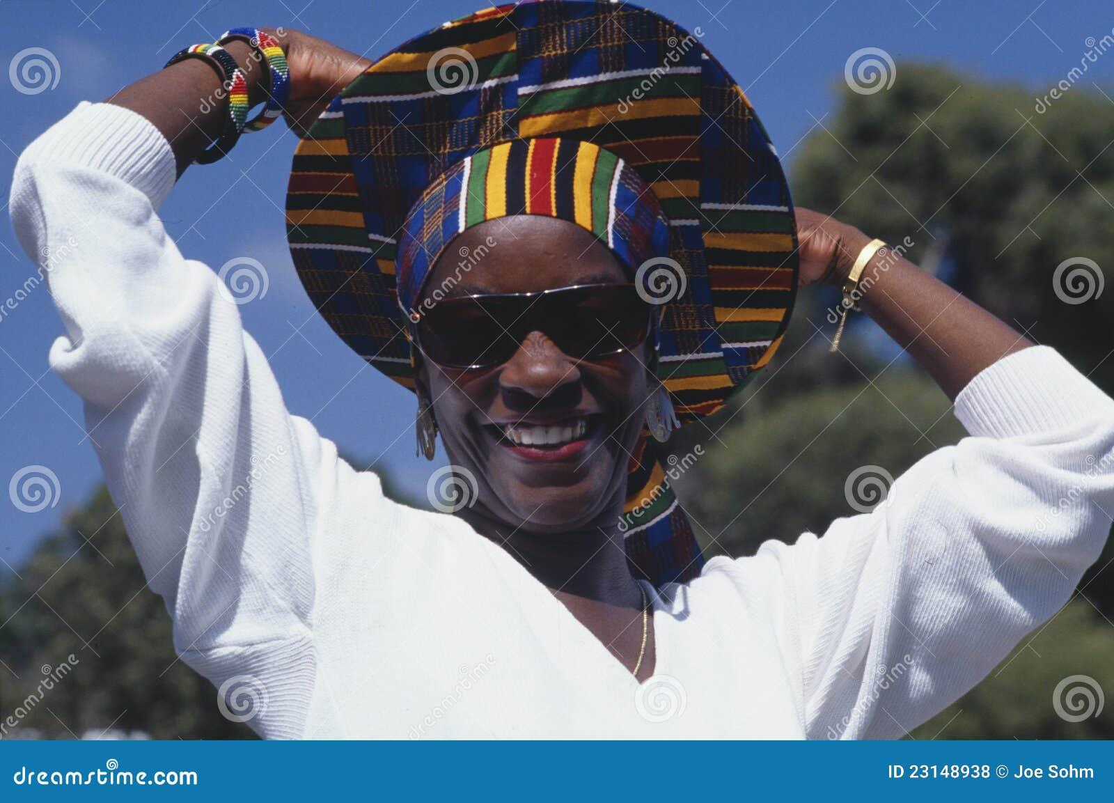 Mulher do African-American com chapéu colorido