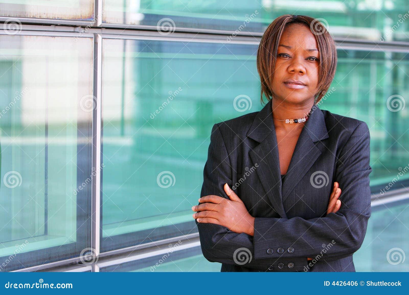 Mulher do americano africano com os braços dobrados