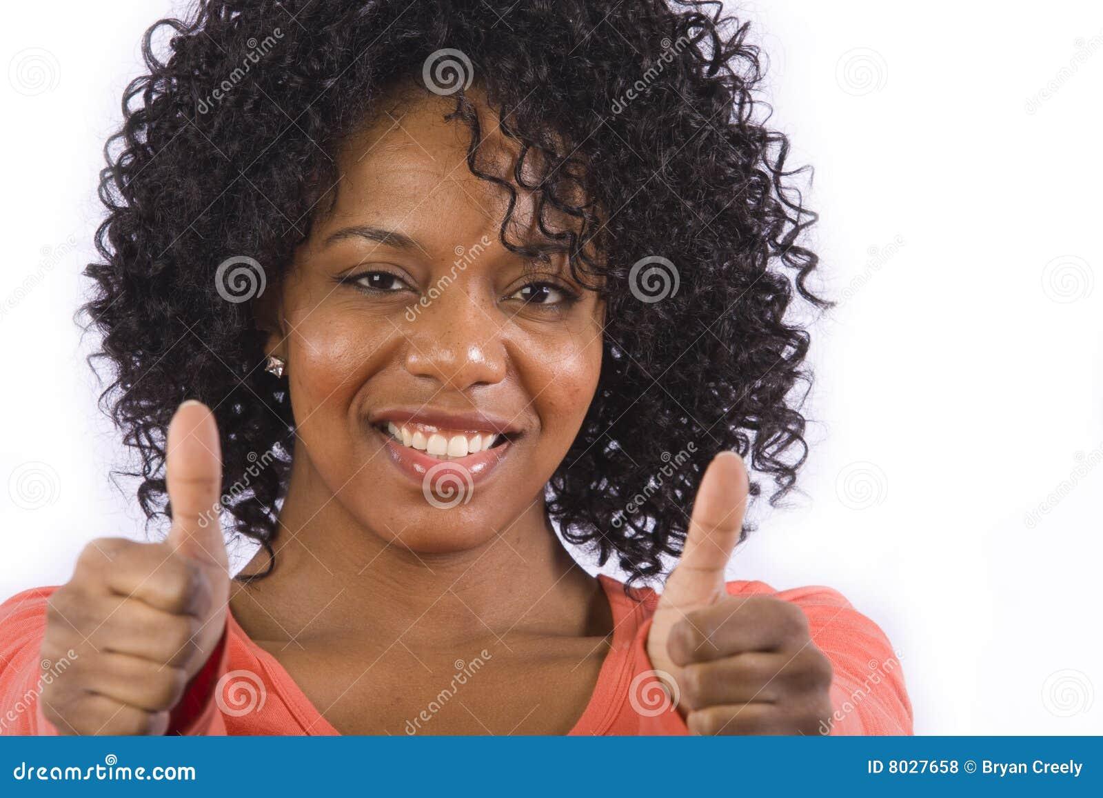 A mulher do americano africano dá os polegares acima