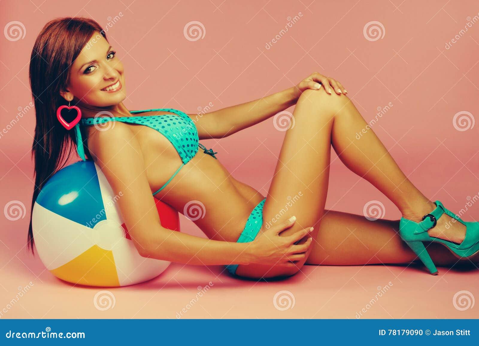 Mulher do biquini da bola de praia