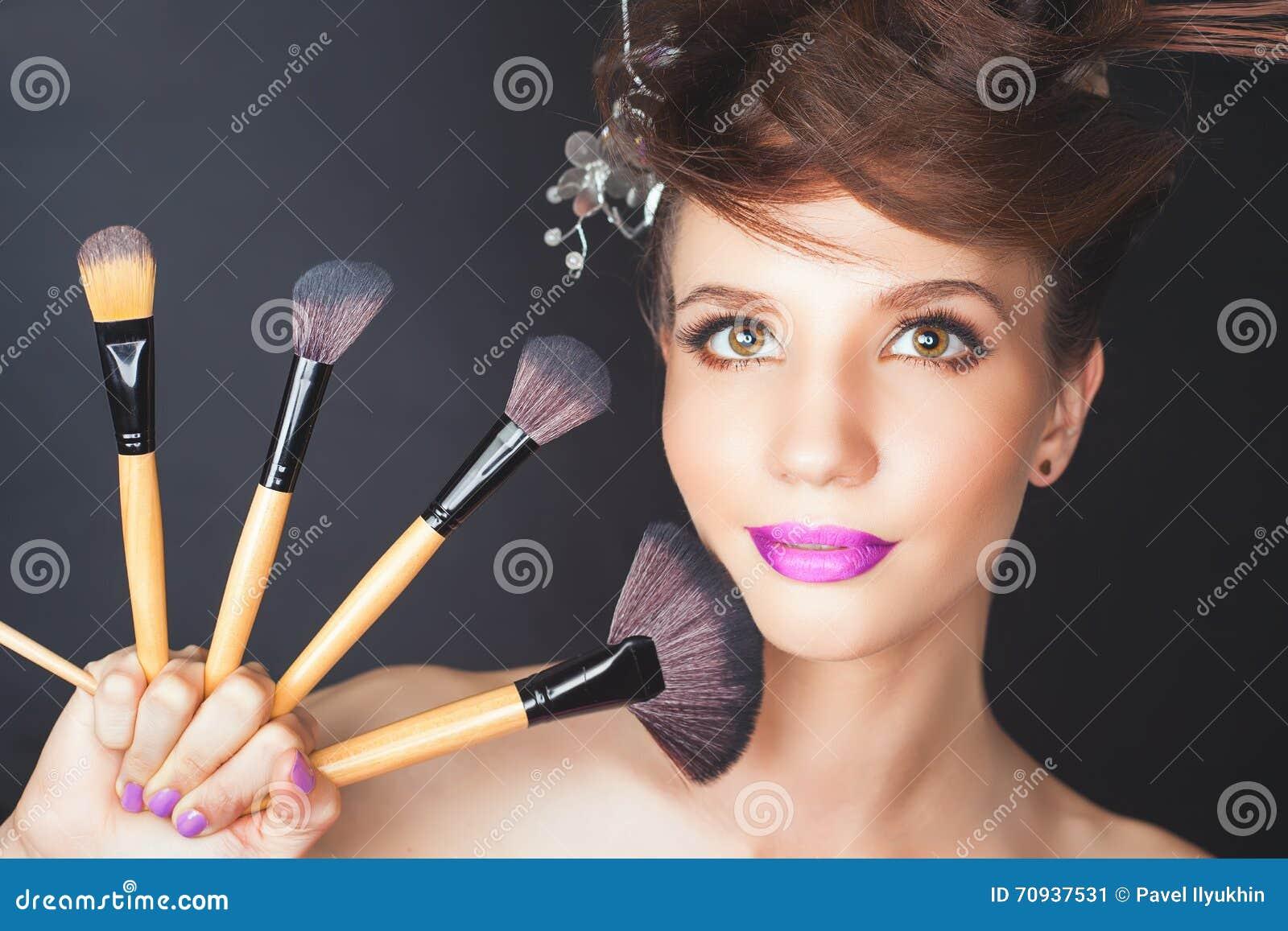 Mulher do close up no salão de beleza Composição da forma, penteado extravagante
