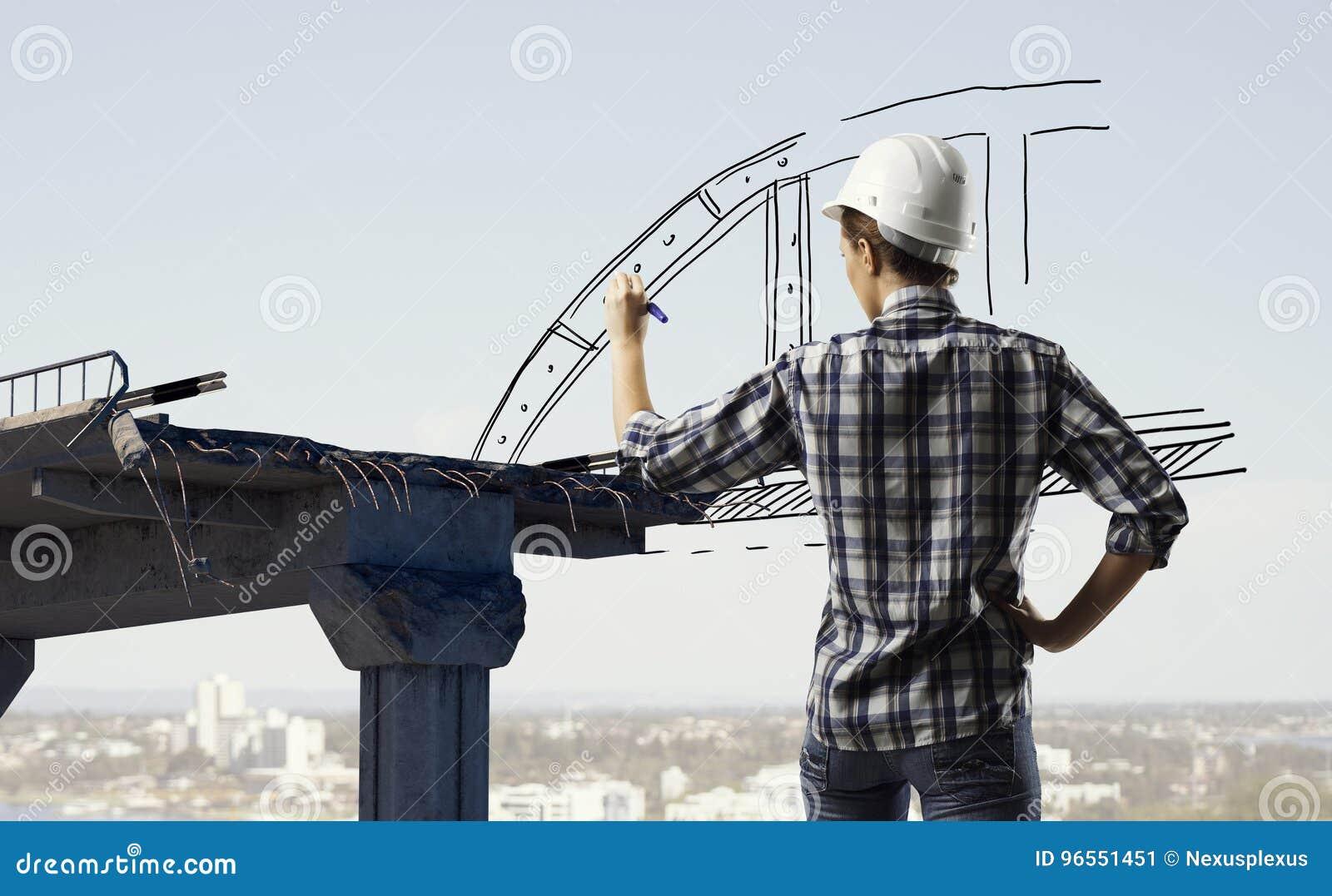 Mulher do construtor que toma medidas Meios mistos