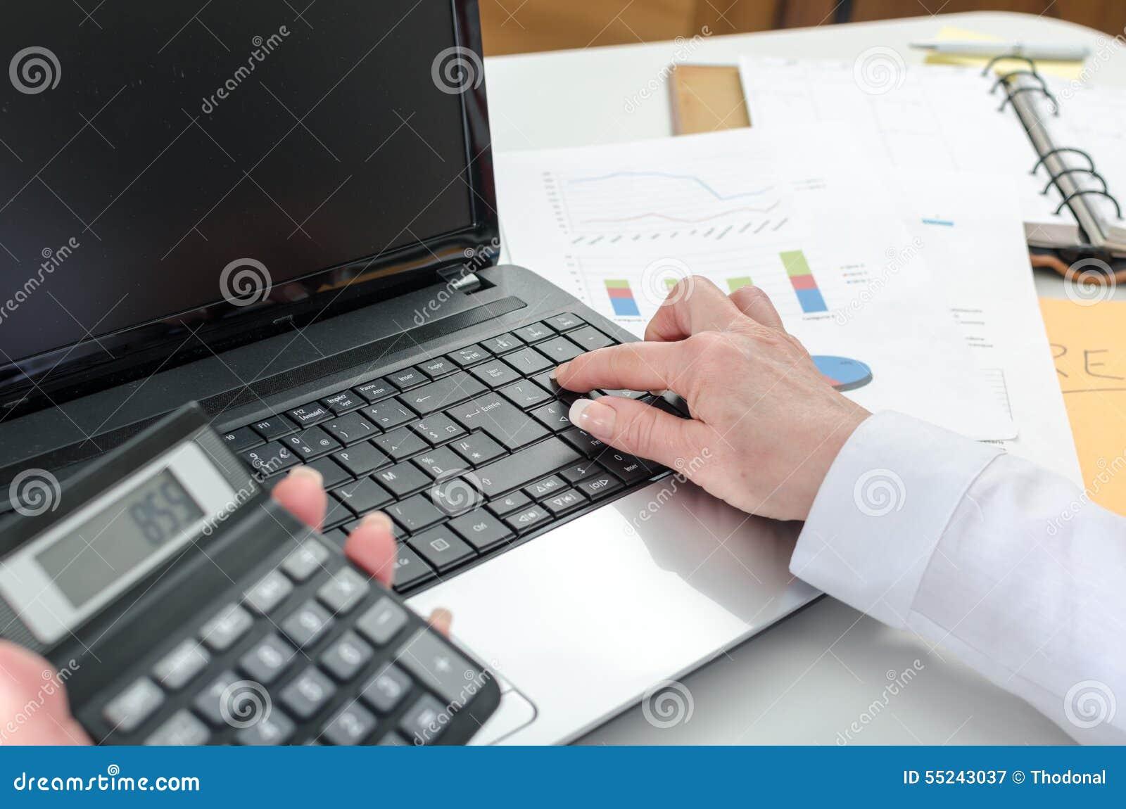 Mulher do contador que trabalha em resultados financeiros