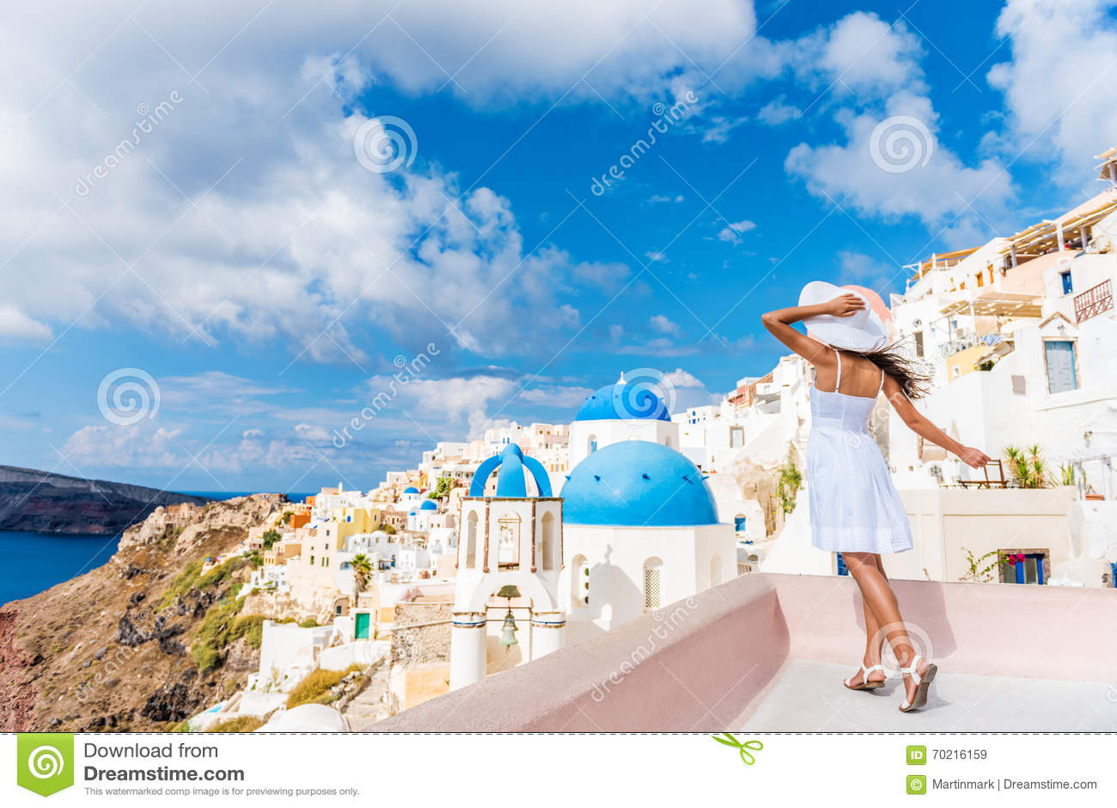 Mulher do curso de turista de Europa em Oia Santorini