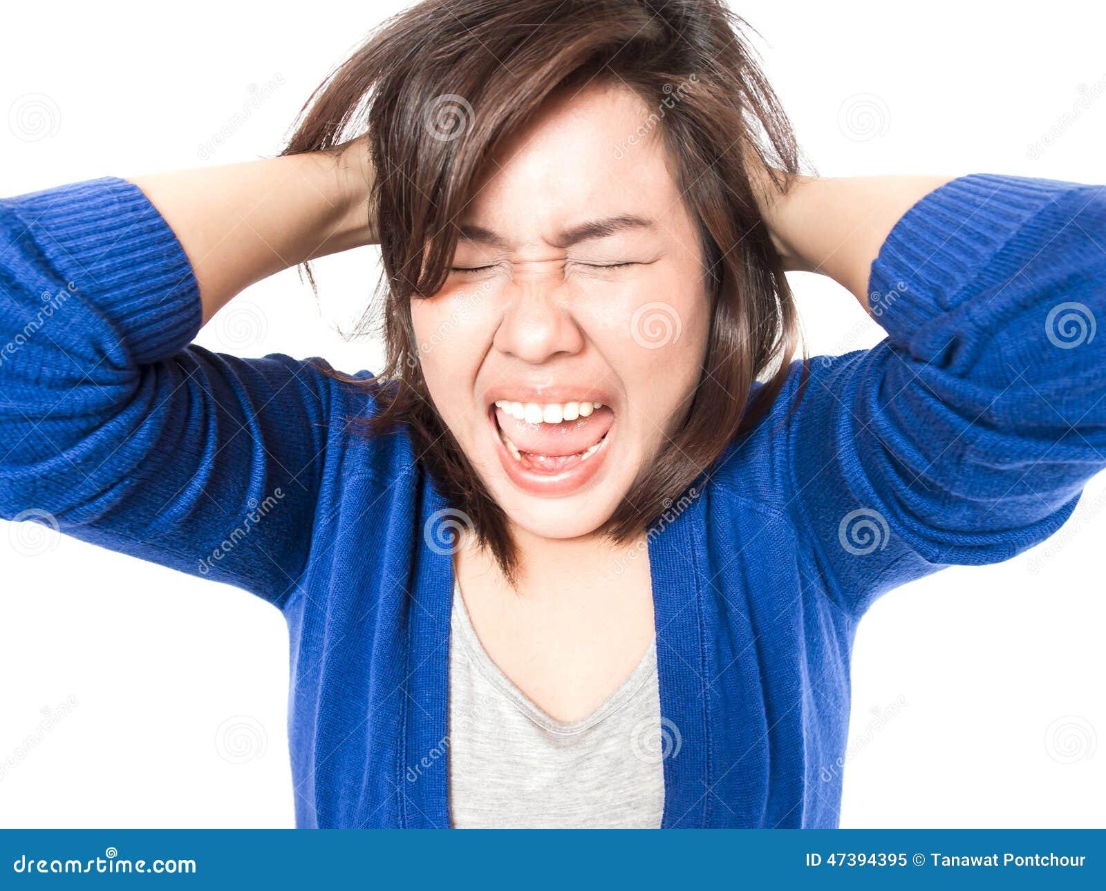 Mulher do esforço dos jovens que vai louca puxando seu cabelo na frustração o