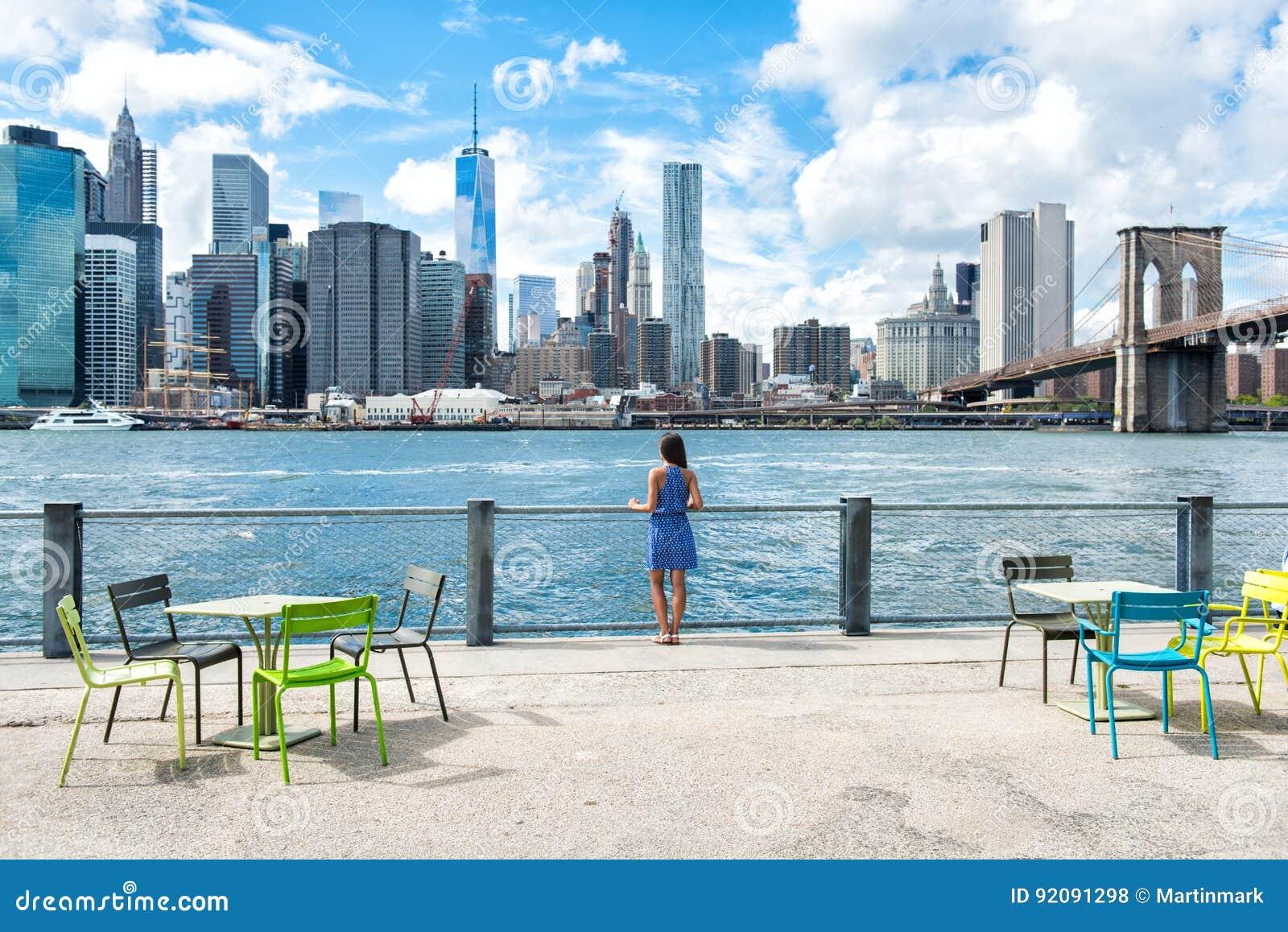 Mulher do estilo de vida da margem da skyline de New York City