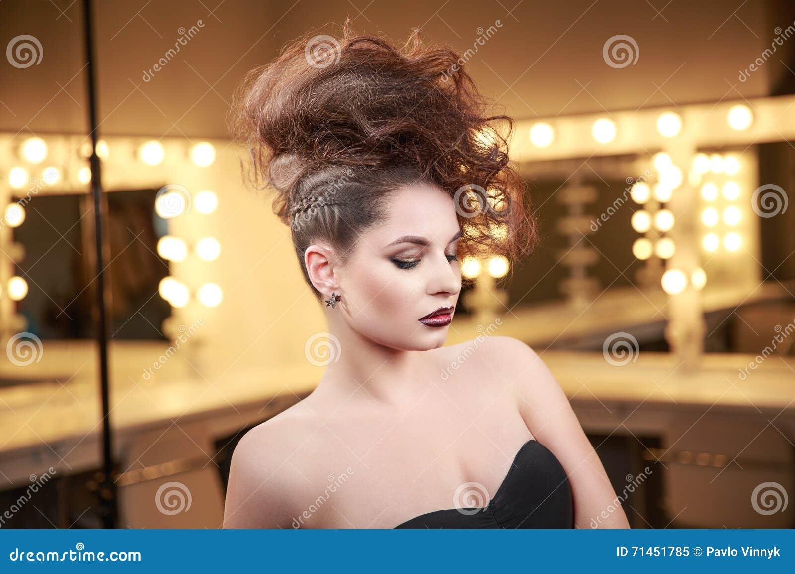 Mulher do modelo de alta-costura com penteado do Mohawk Composição da beleza Penteado do updo do encanto Senhora magro moreno no