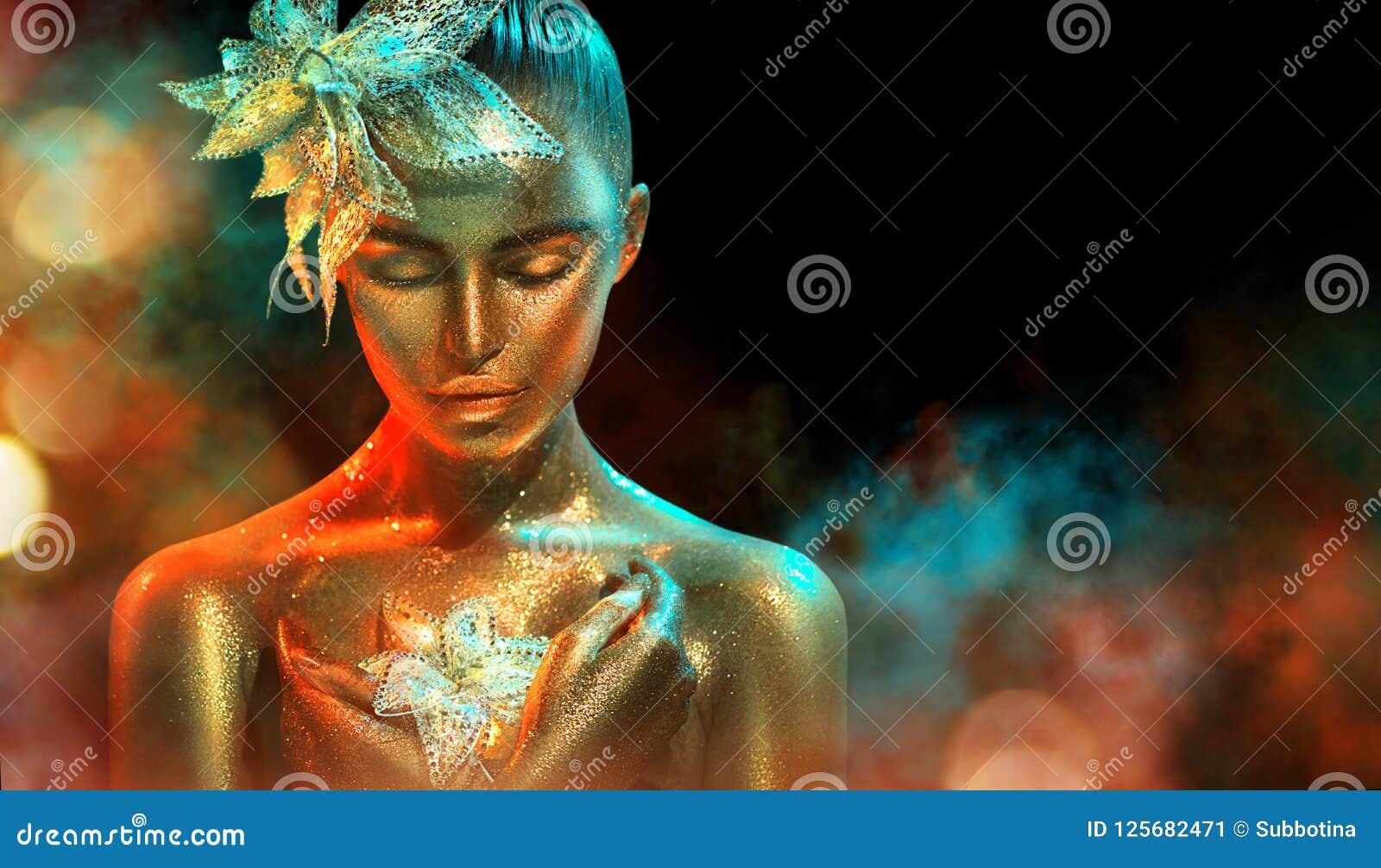 A mulher do modelo de forma em sparkles dourados brilhantes coloridos e as luzes de néon que levantam com fantasia florescem Retr