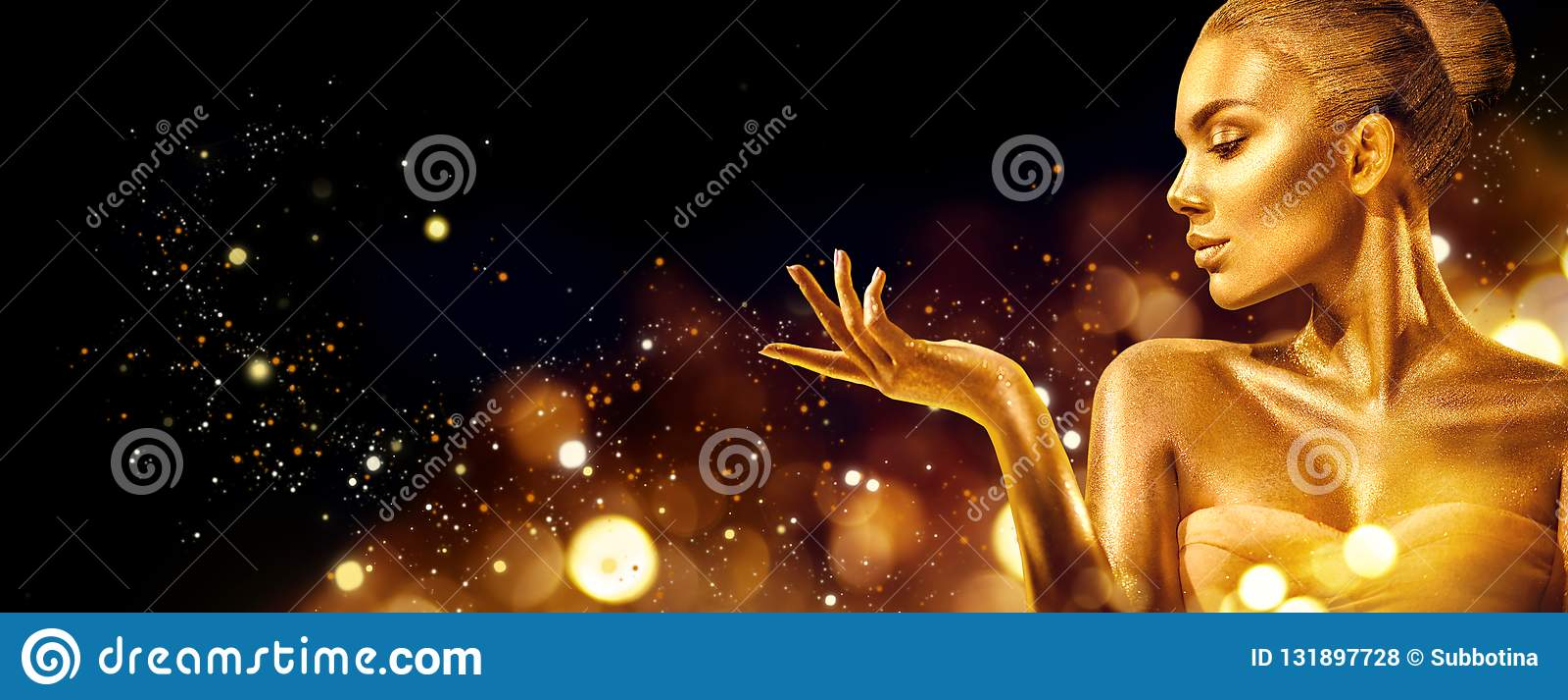 Mulher do Natal do ouro Menina do modelo de forma da beleza com composição dourada, cabelo e joia apontando a mão no preto