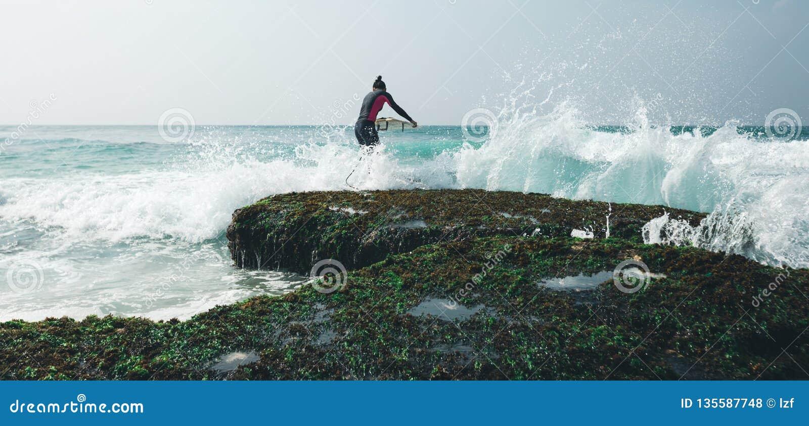 Mulher do surfista com prancha