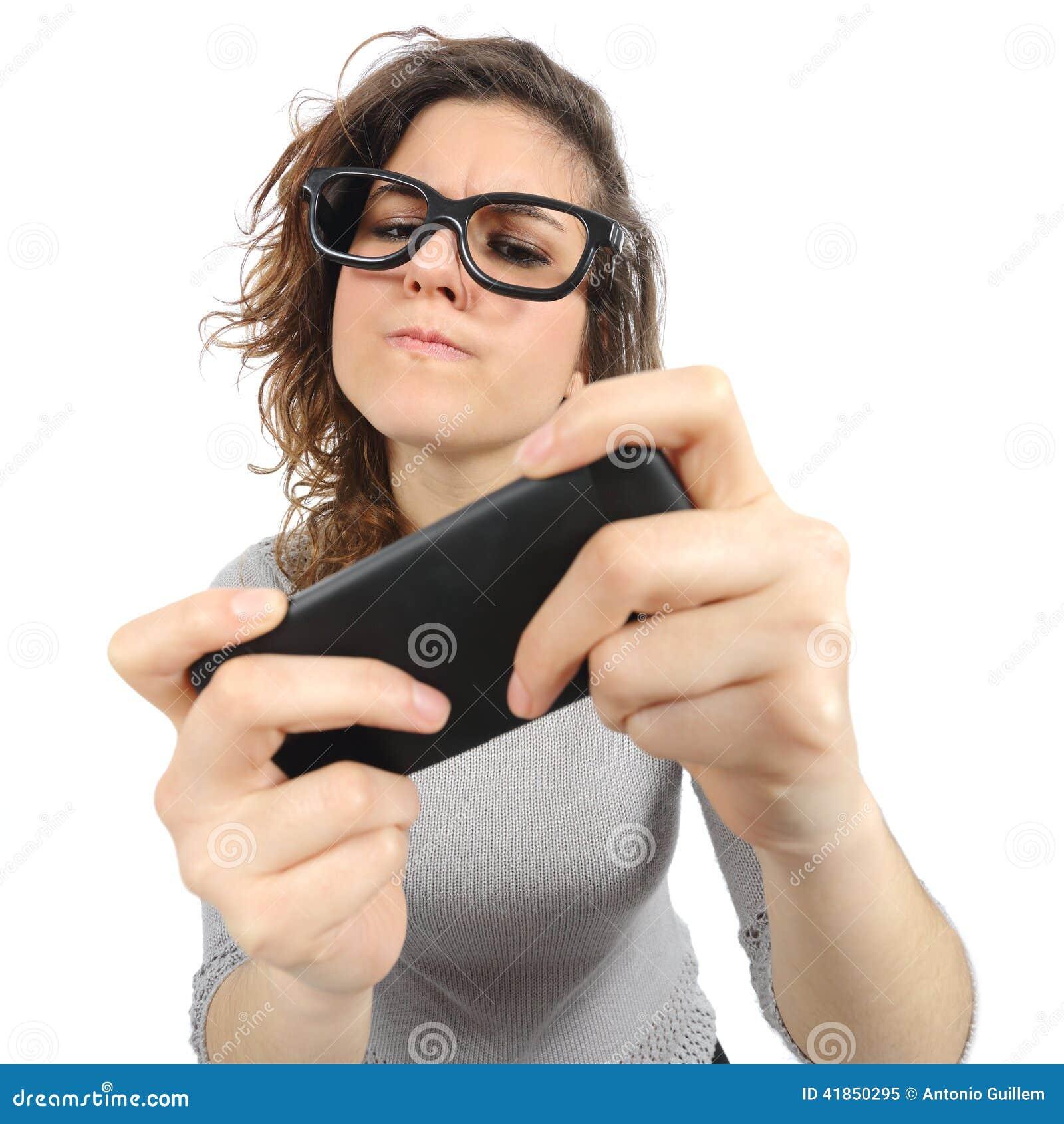 Mulher do totó que joga com um telefone esperto