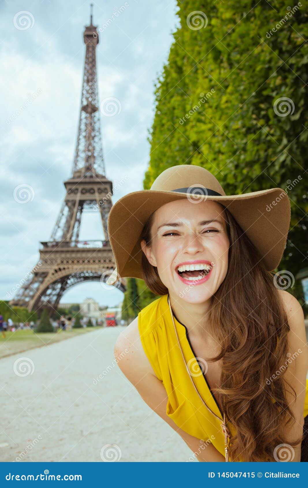 Mulher do turista contra a visão clara da torre Eiffel