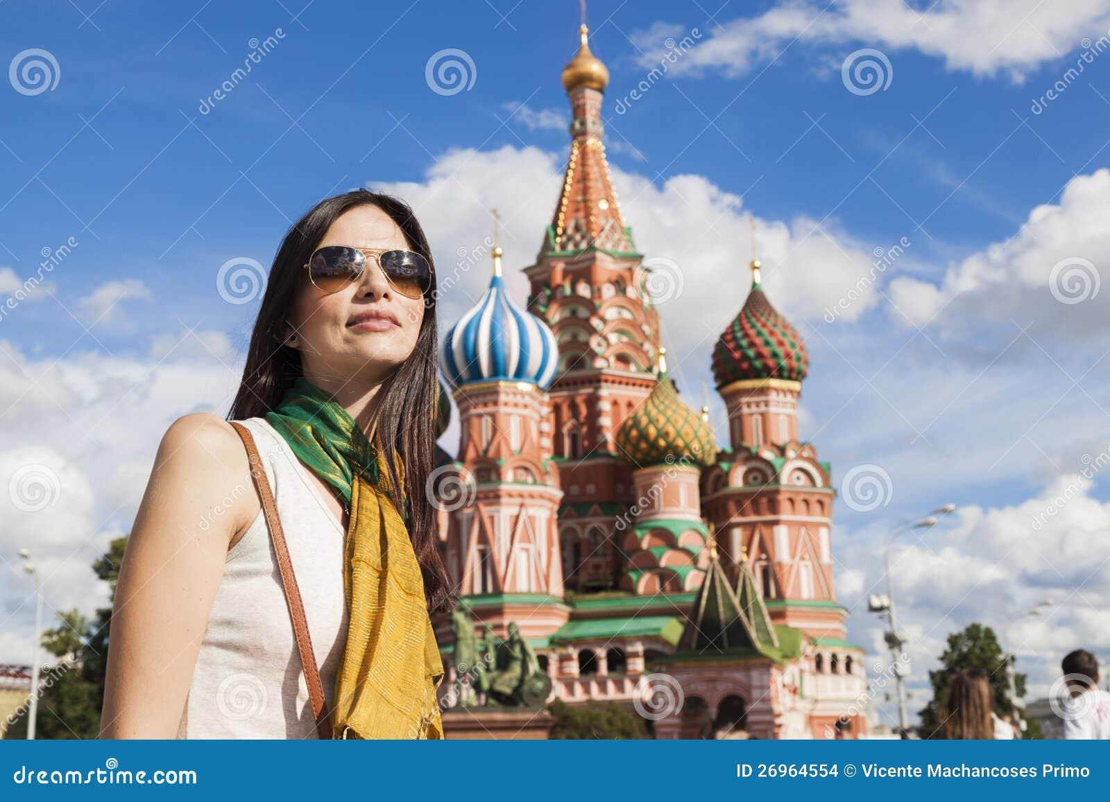 Mulher do turista na frente da catedral da manjericão do St.