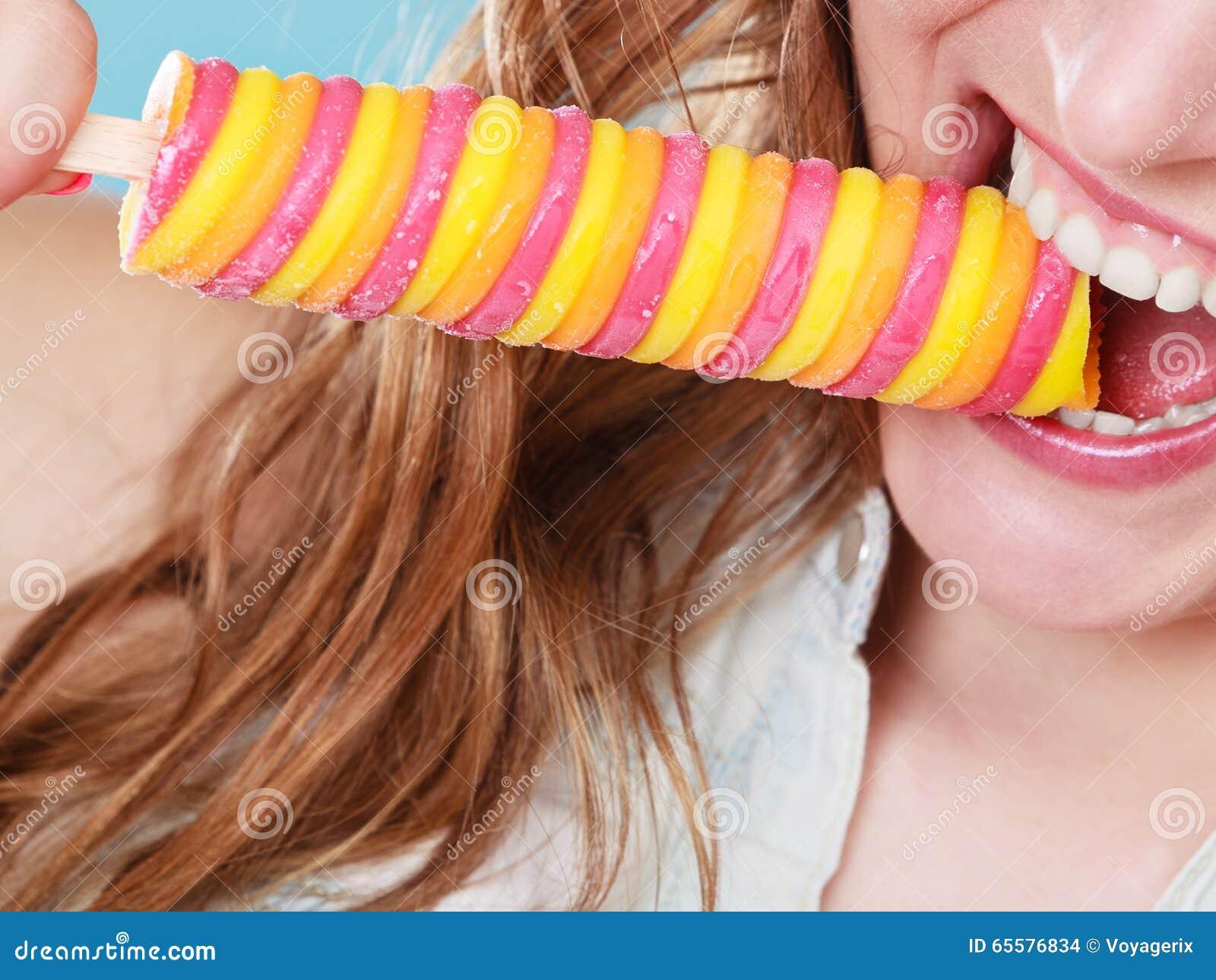 Mulher do verão que come o creme do PNF do gelo do picolé