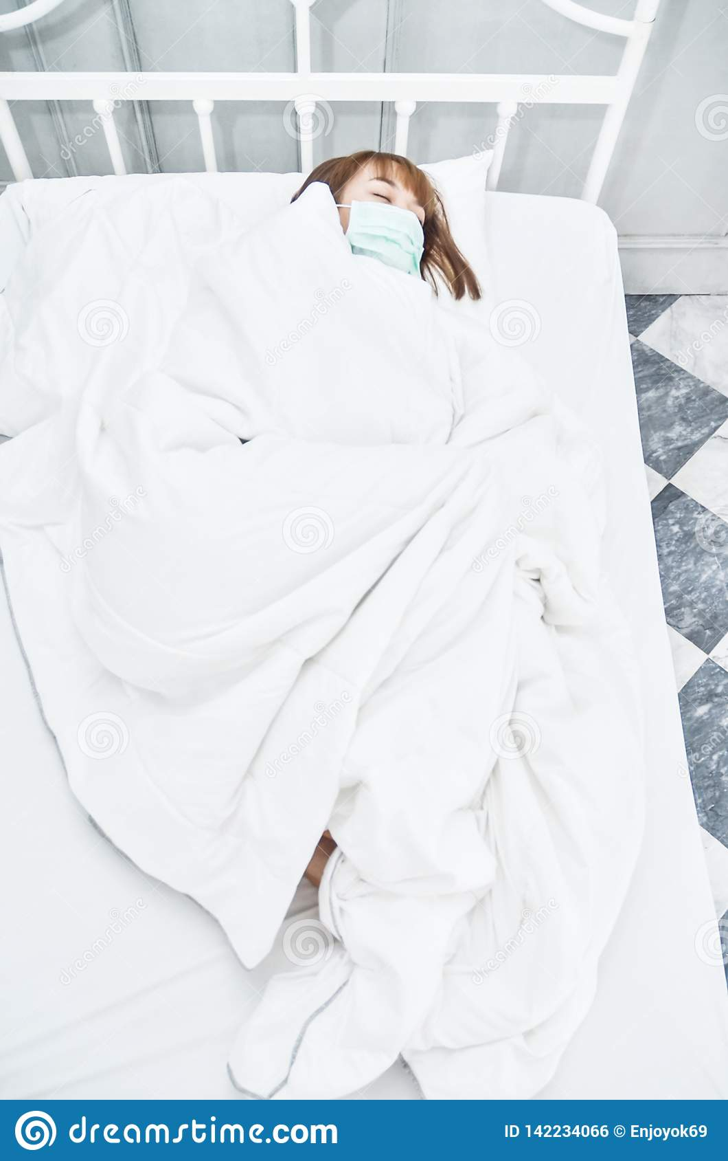 Mulher doente que encontra-se na cama