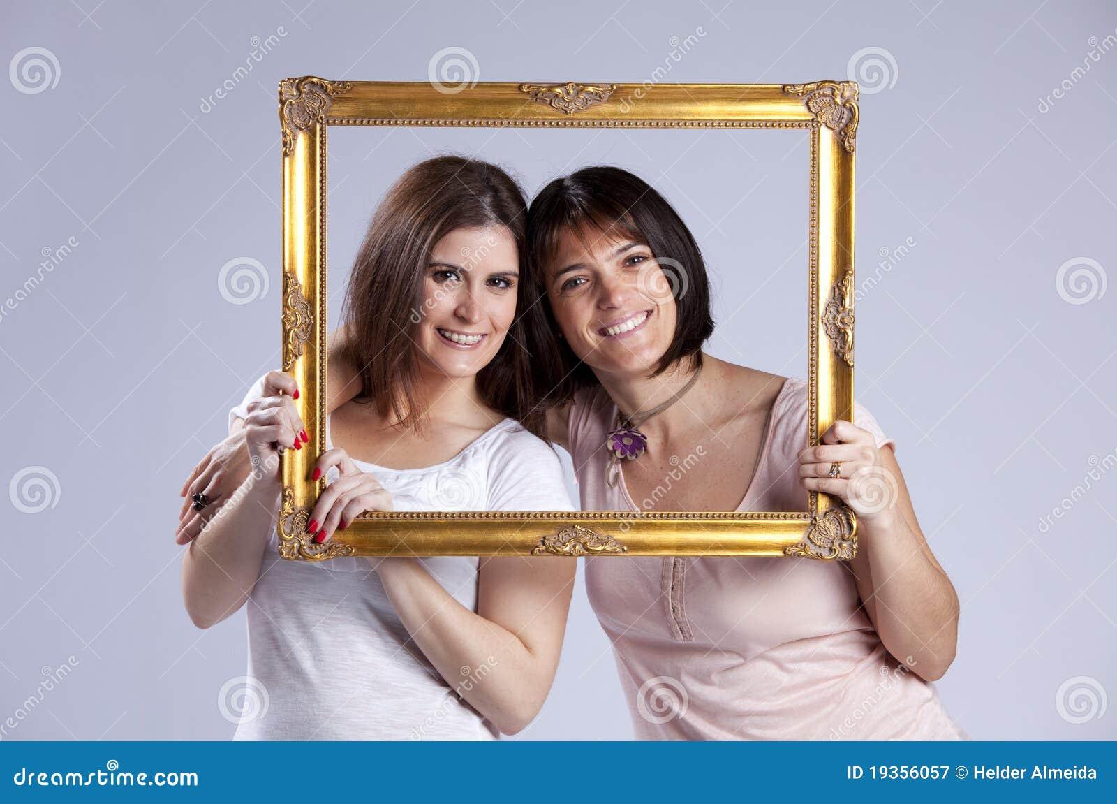 Mulher dois dentro de um frame de retrato