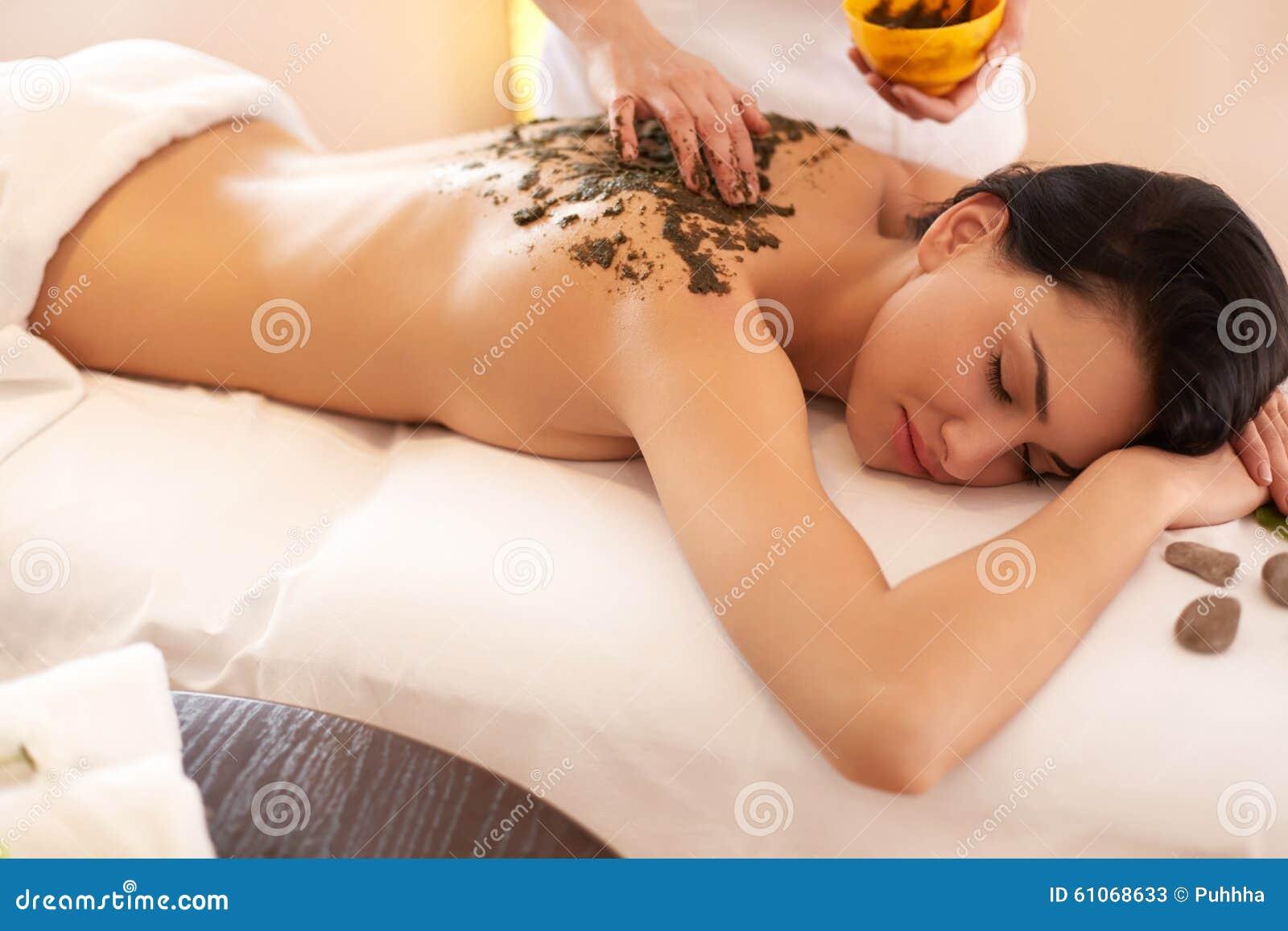 Mulher dos termas Morena que obtém Marine Algae Wrap Treatment nos termas