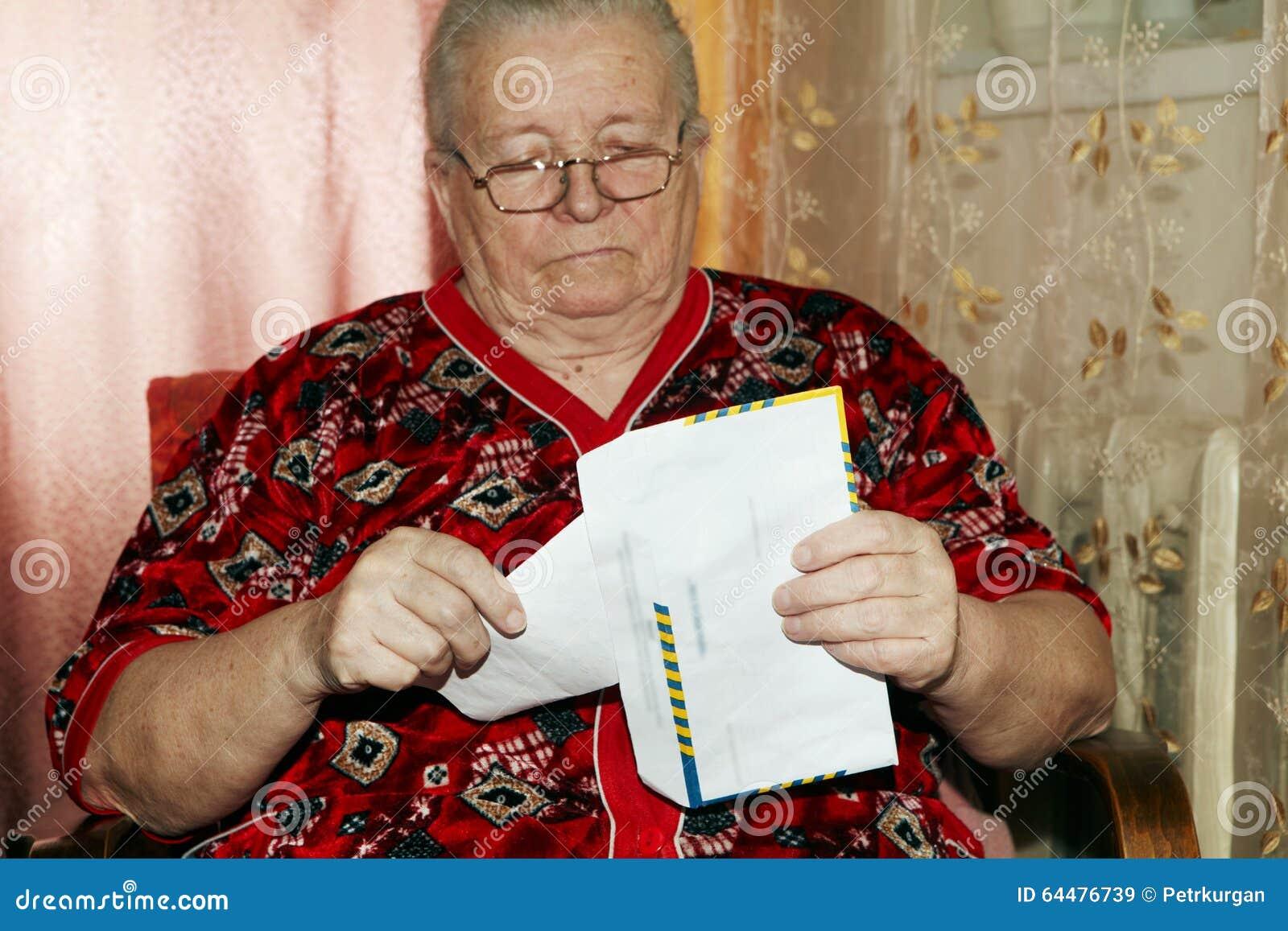 Mulher e carta aberta idosas