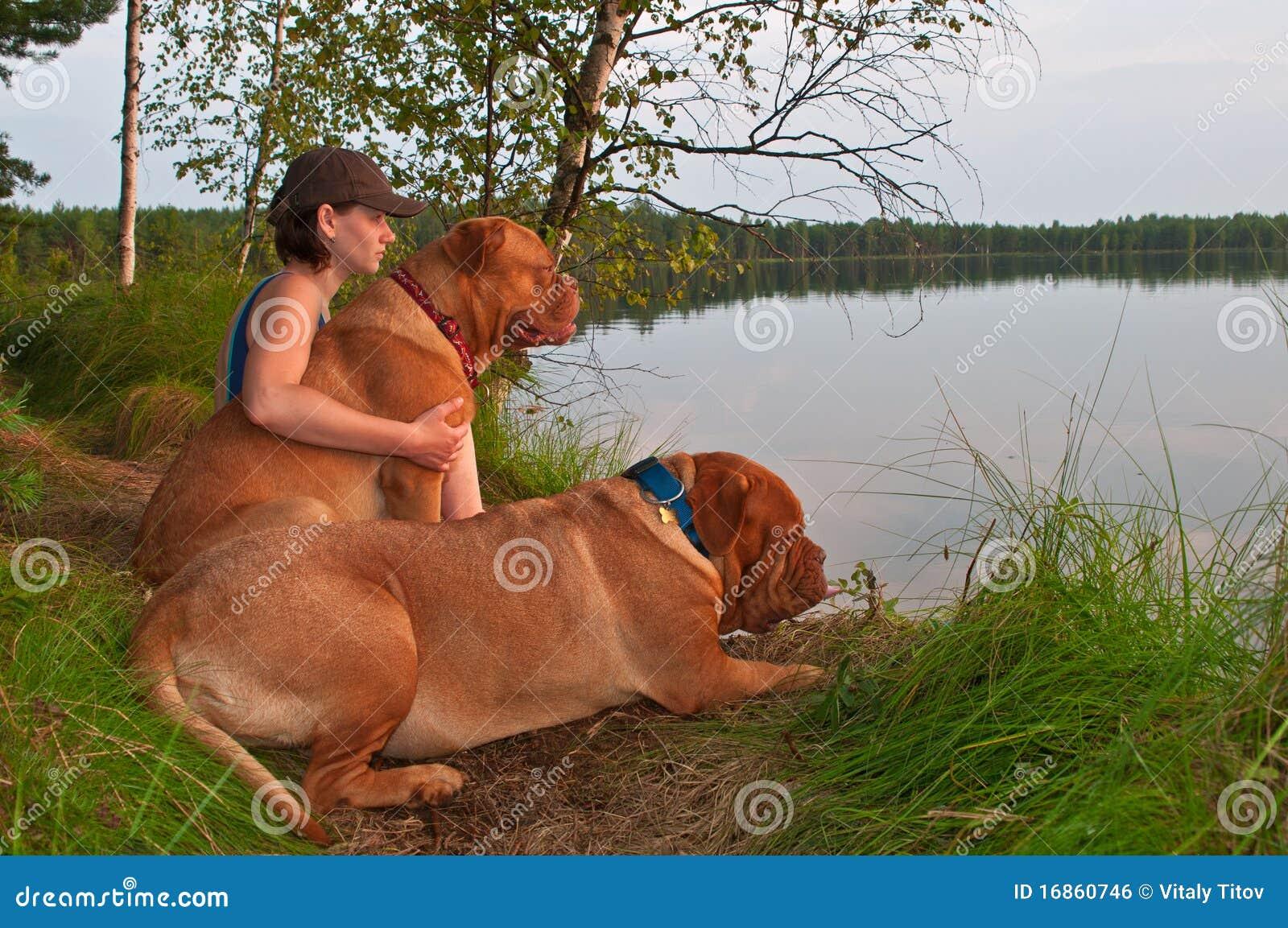 Mulher e dois cães