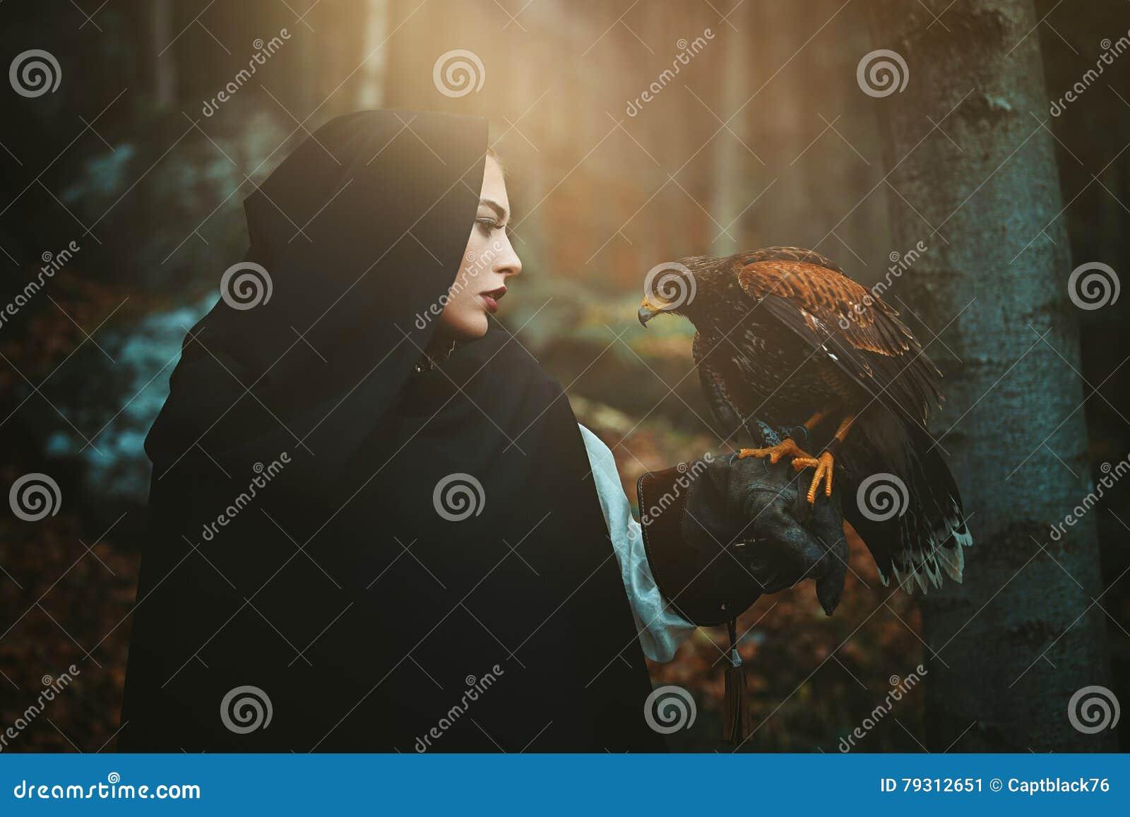 Mulher e falcão encapuçados escuros