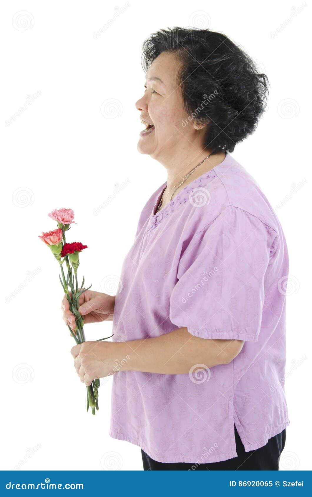 Mulher e flor do cravo no dia de mães