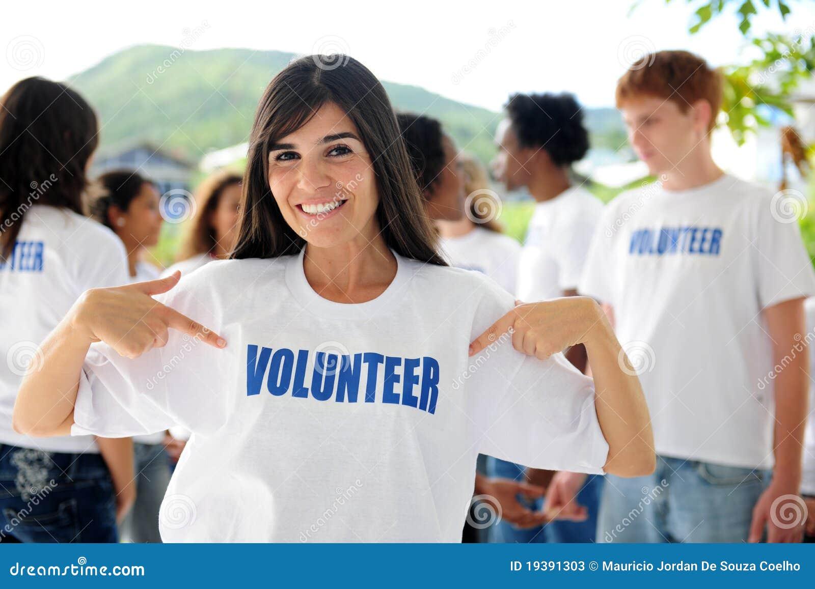 Mulher e grupo voluntários felizes