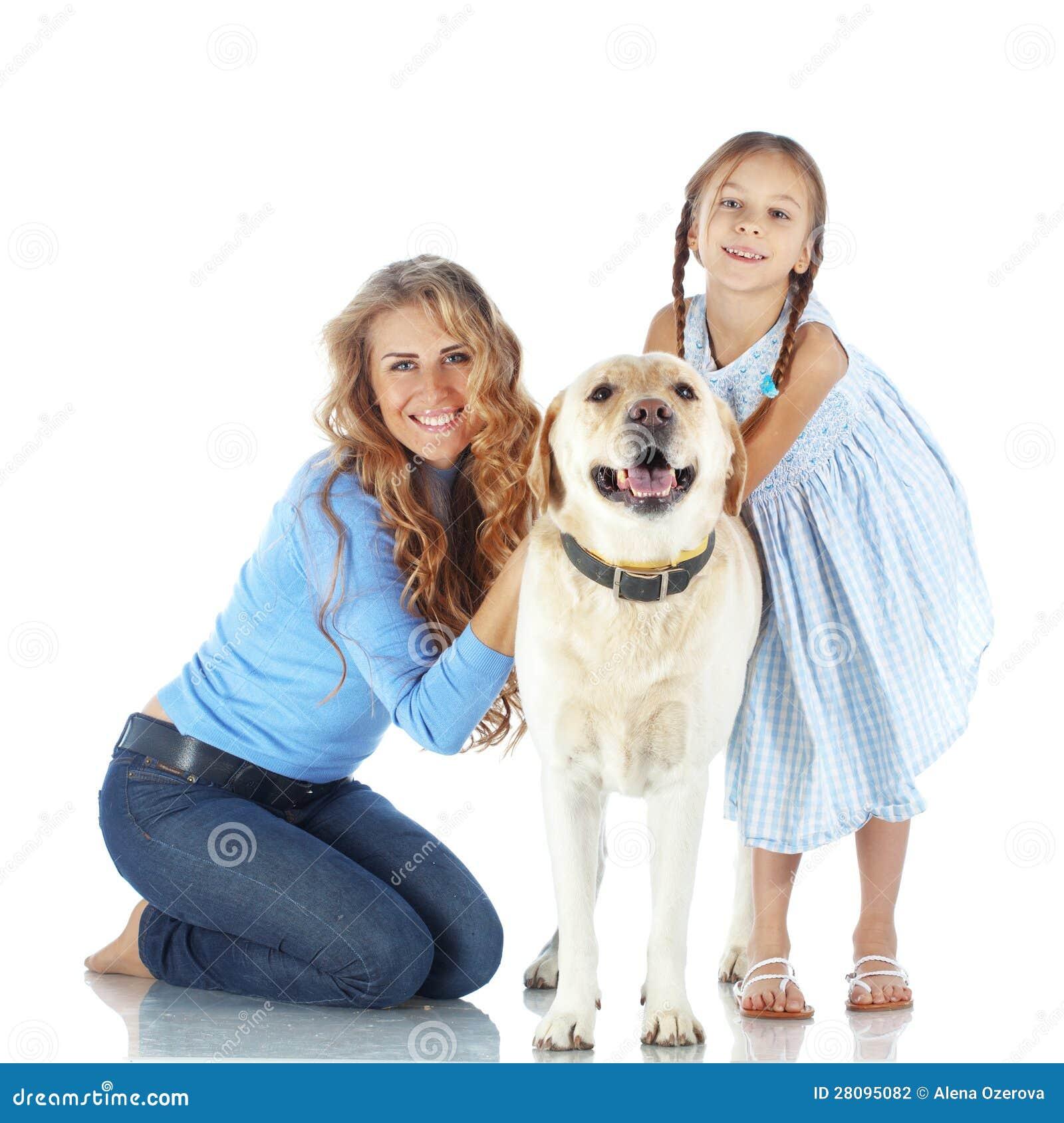 Mulher e menina com um cão