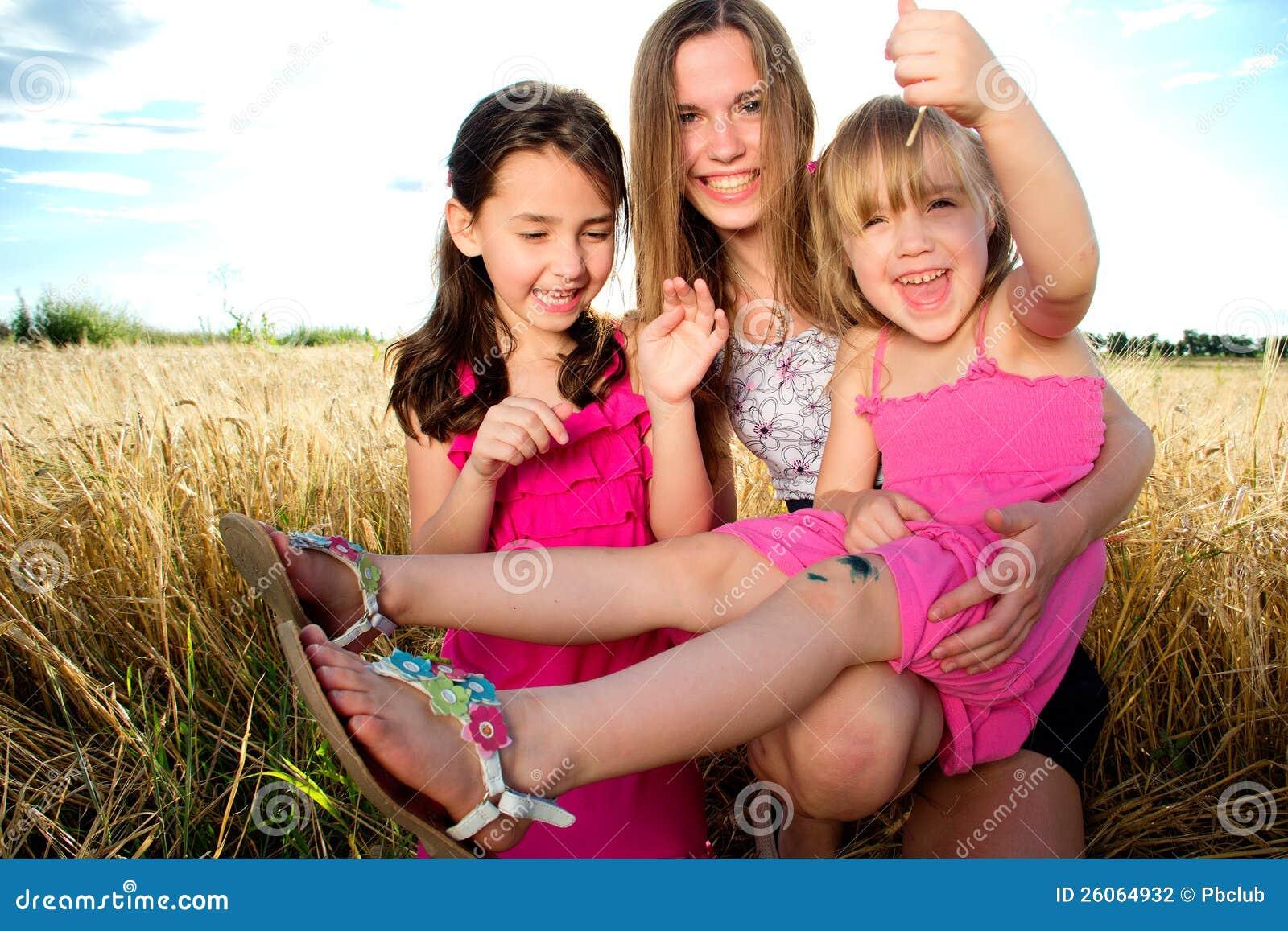Mulher e meninas no campo