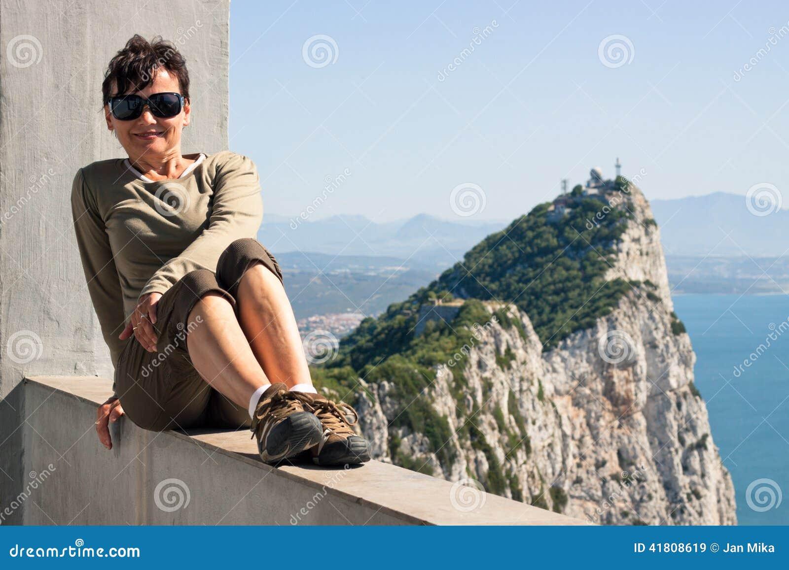 Mulher e a rocha de Gibraltar