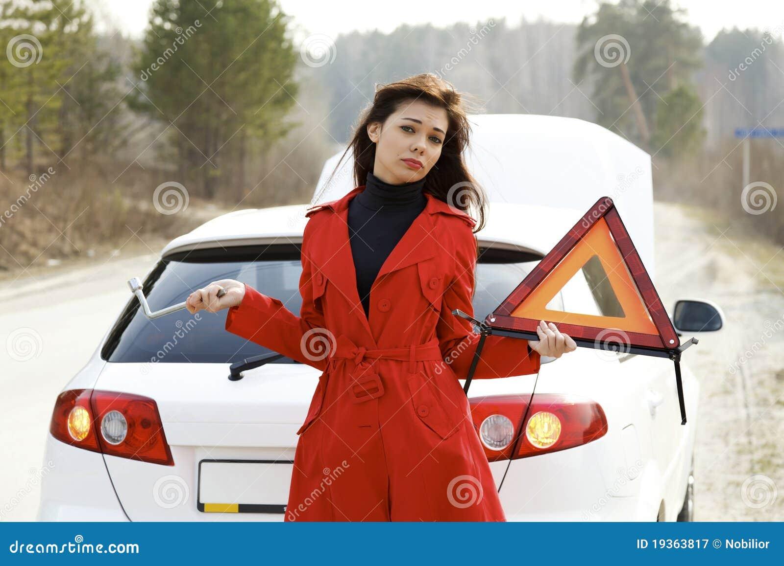 Mulher e seu carro quebrado