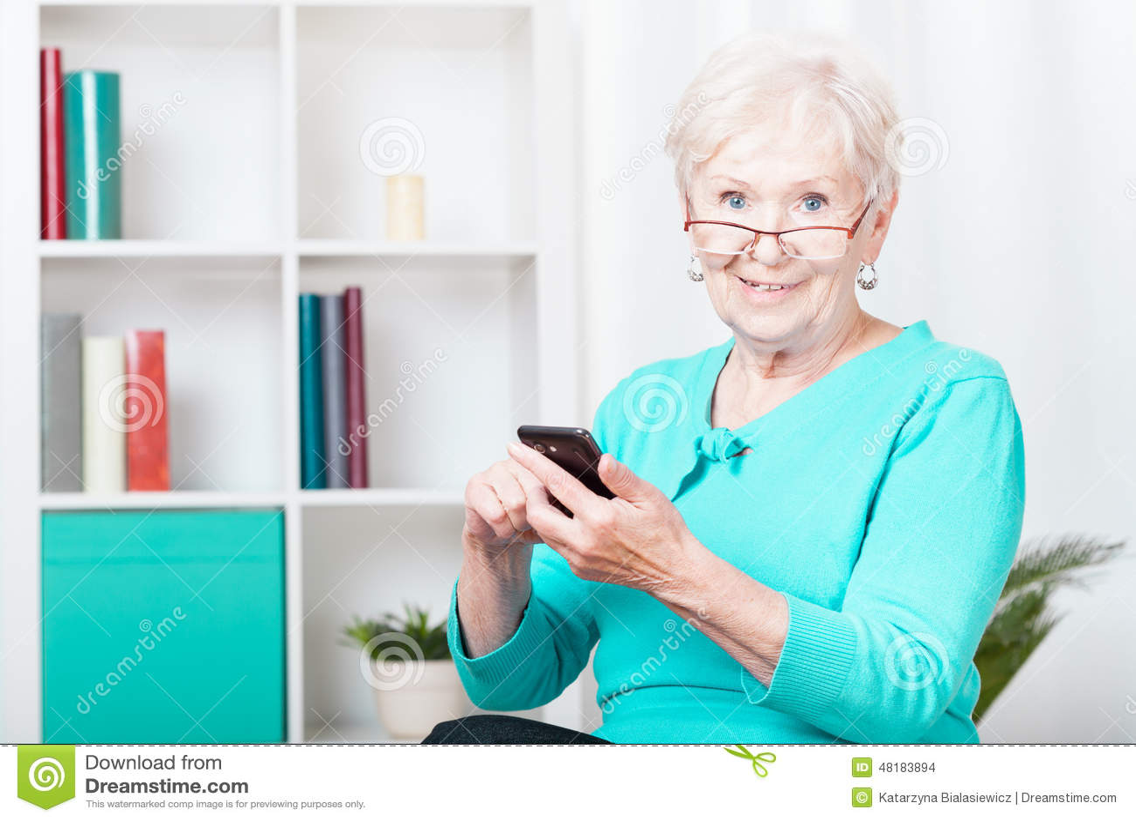 Mulher e smartphone idosos