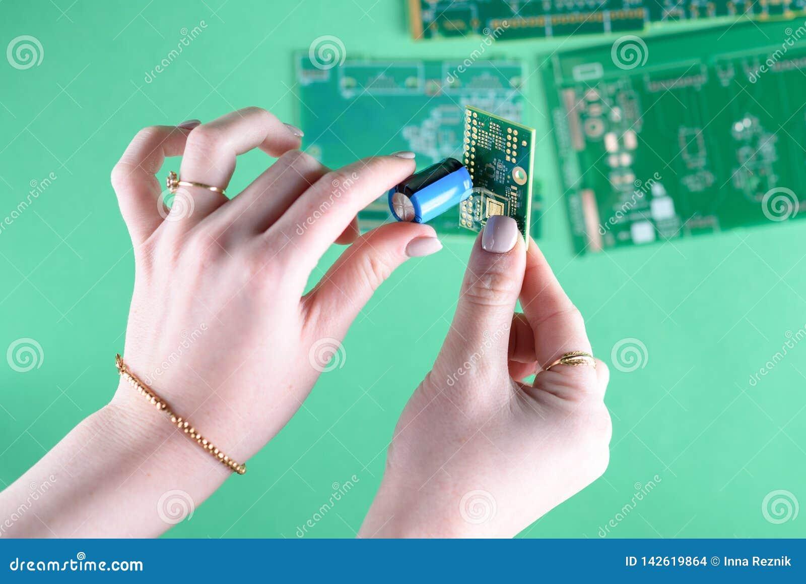 Mulher e tecnologia Feche acima das mãos