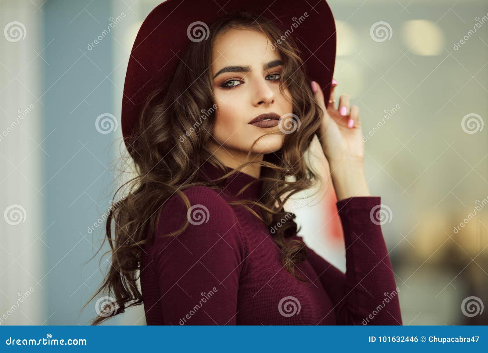 A mulher elegante bonita está vestindo a roupa do outono da forma, conceito da queda