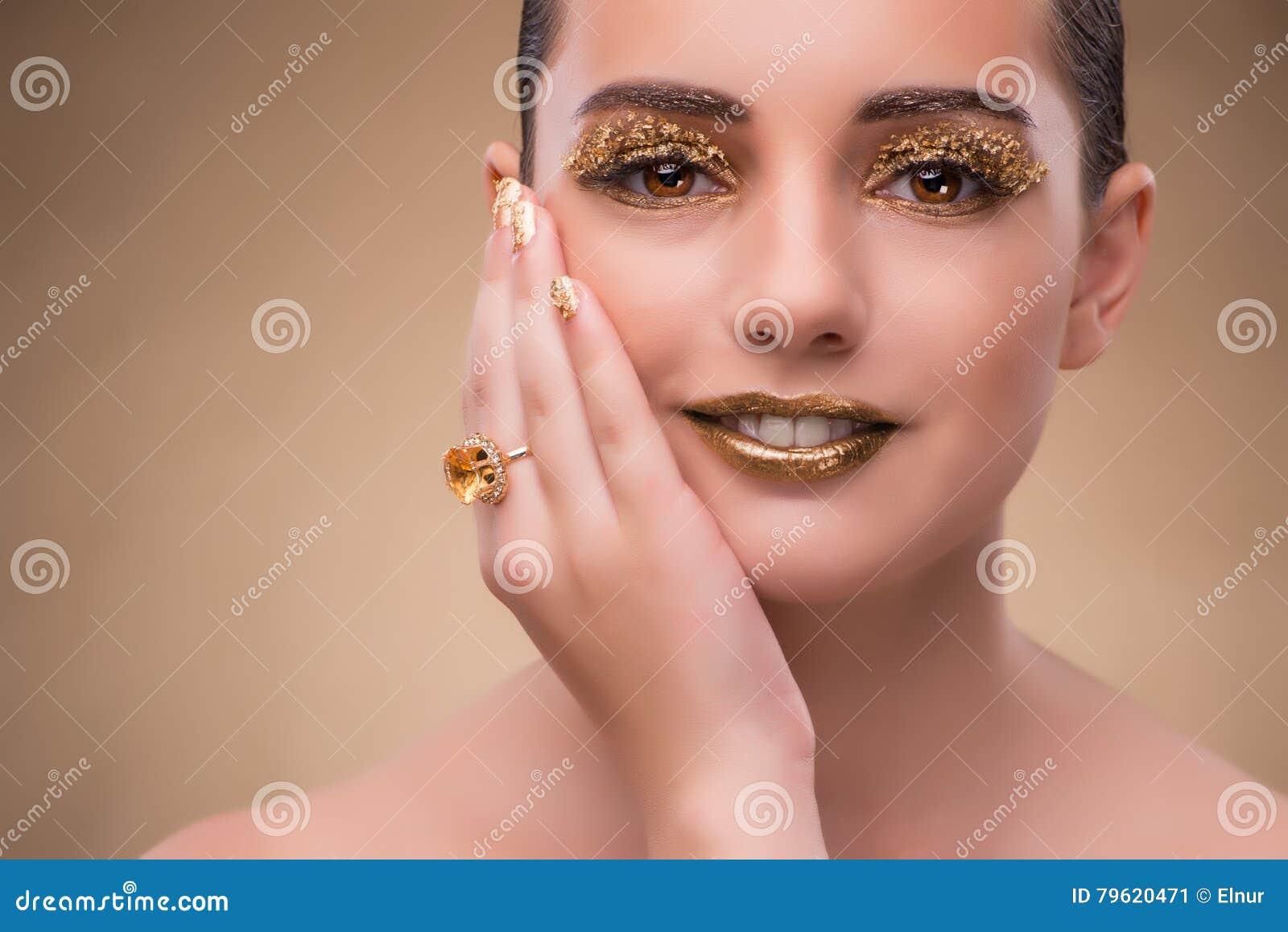 A mulher elegante com joia no conceito da forma