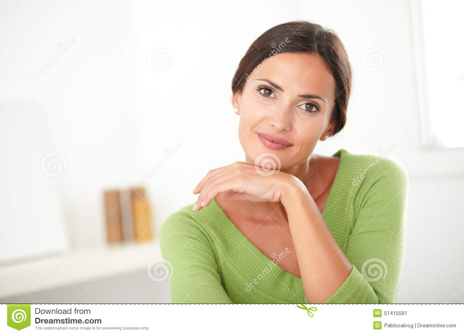 Mulher elegante com sorriso natural da beleza