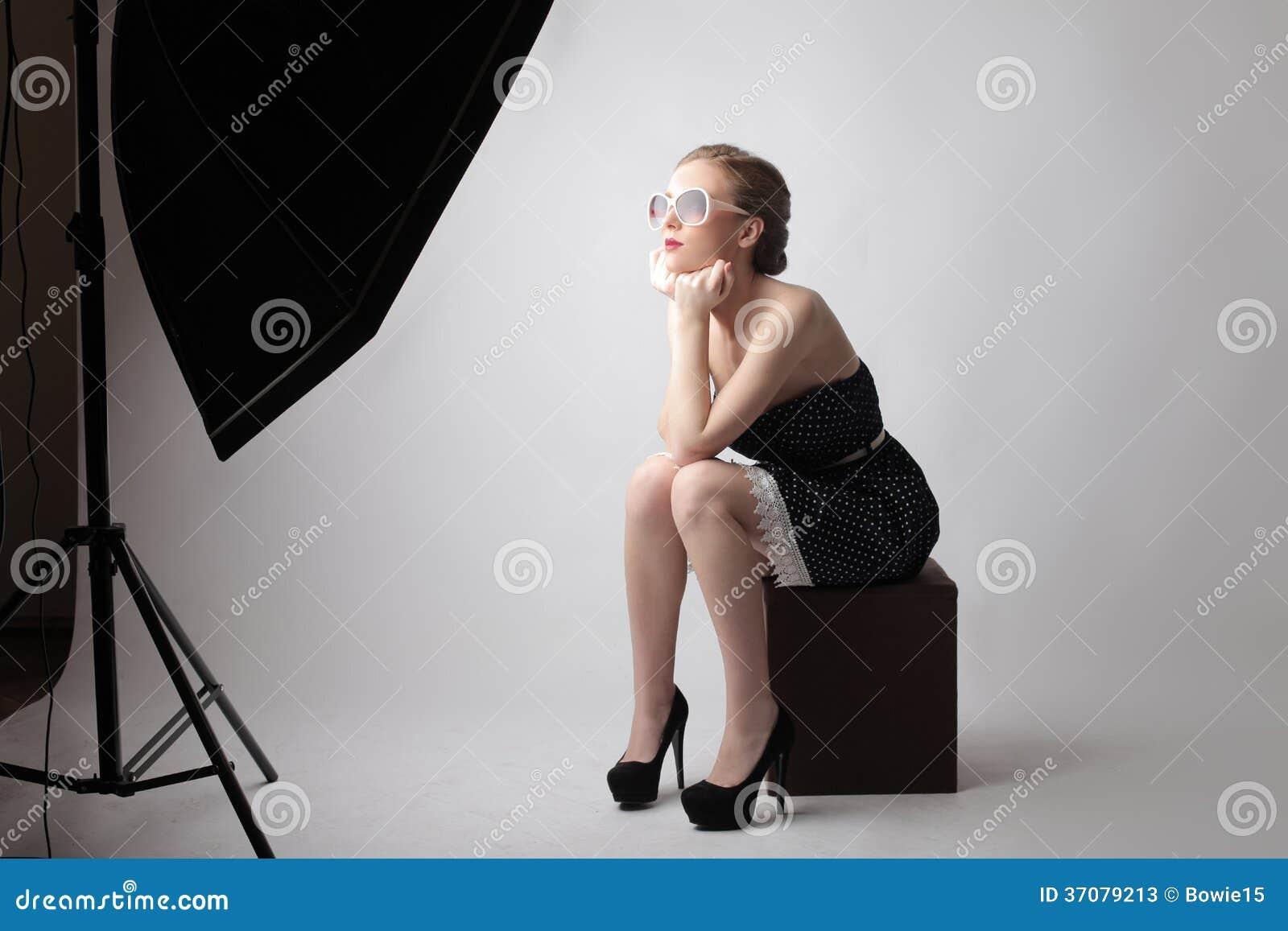 Mulher elegante durante um tiro da foto