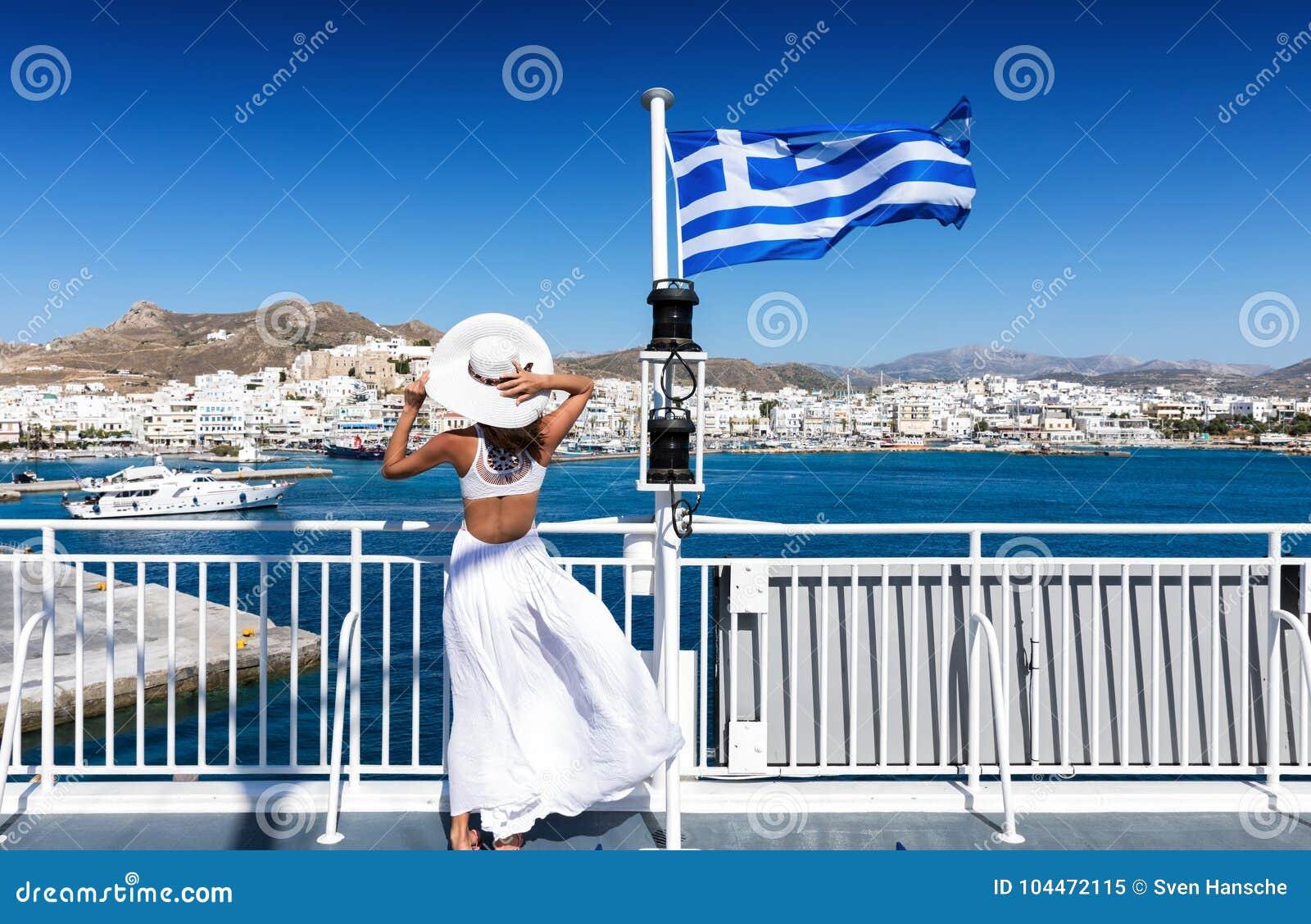 Mulher elegante em um ferryboat nos Cyclades de Grécia