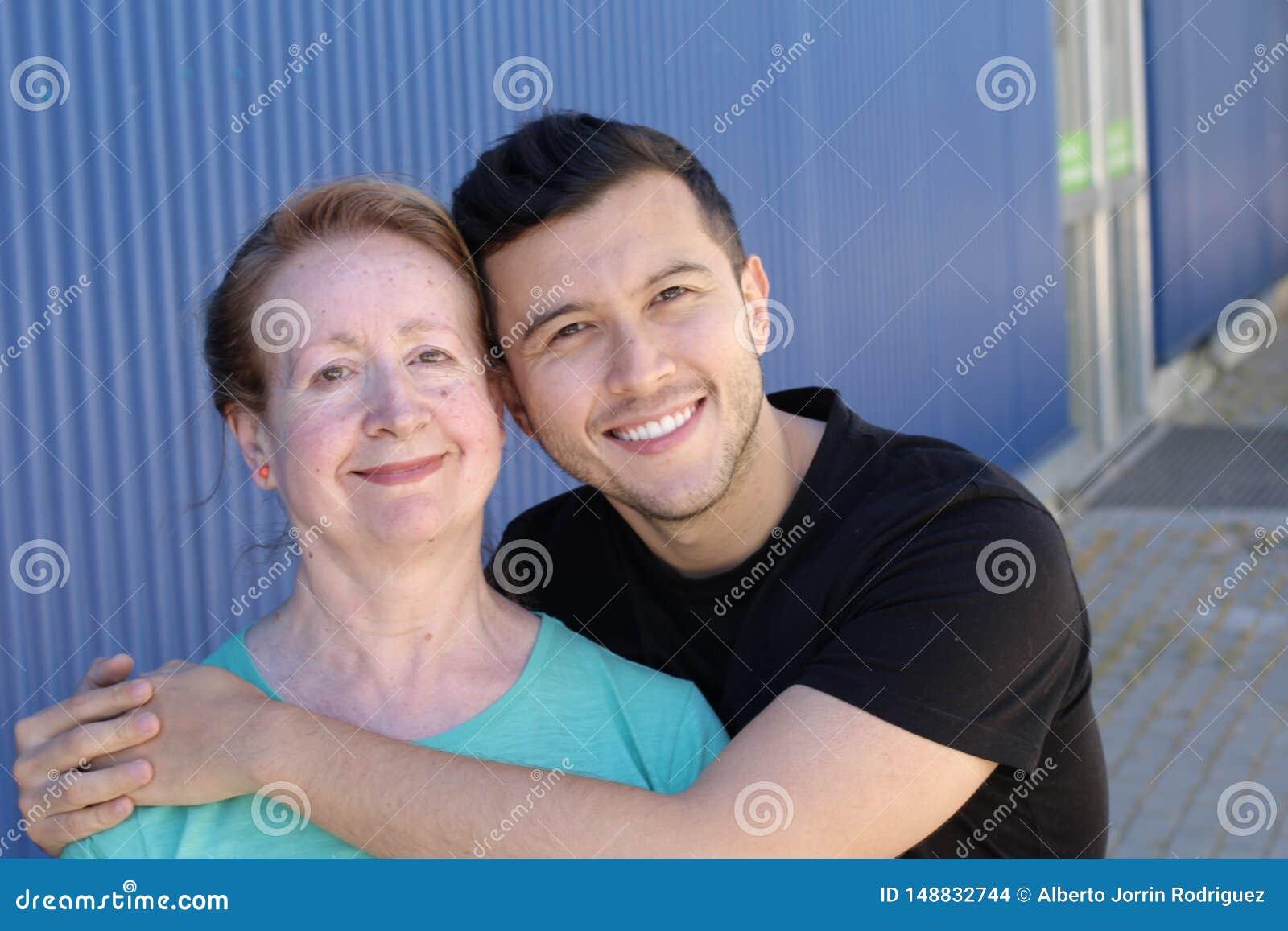 Mulher em seus anos sessenta com o homem em seus anos 20
