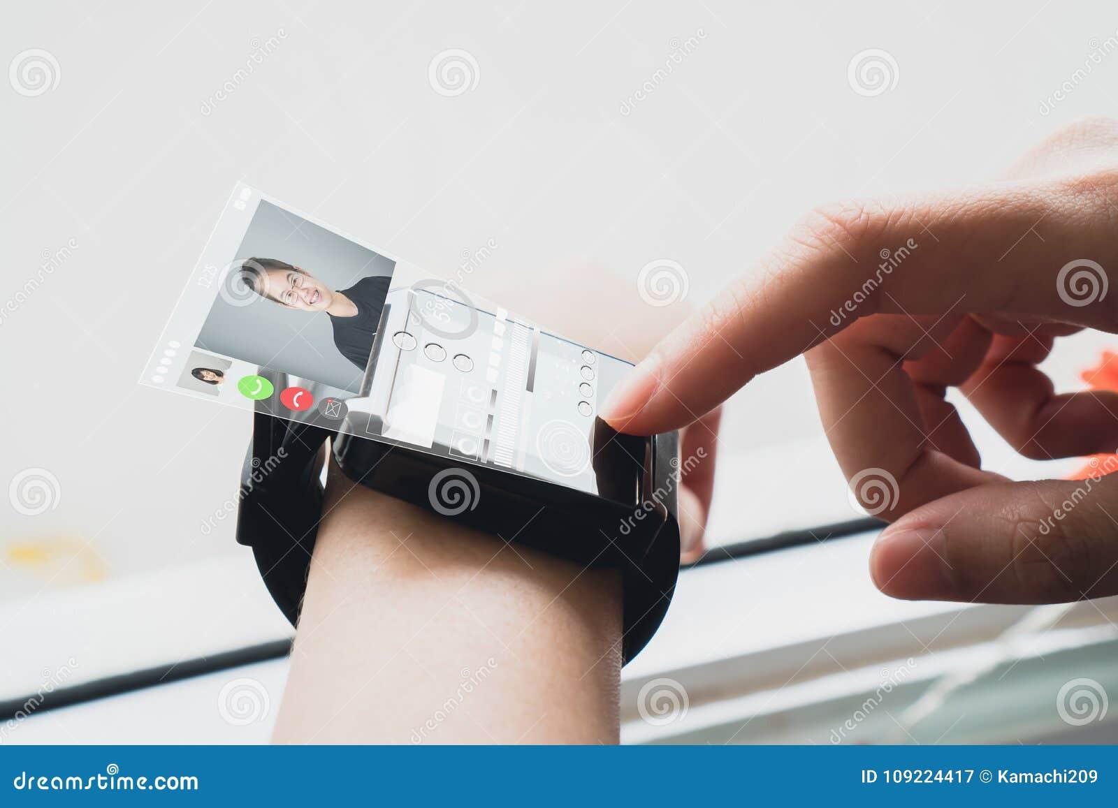Mulher em um pulso de disparo digital da mostra branca do vestido que indica telas digitais para comunicar frente a frente