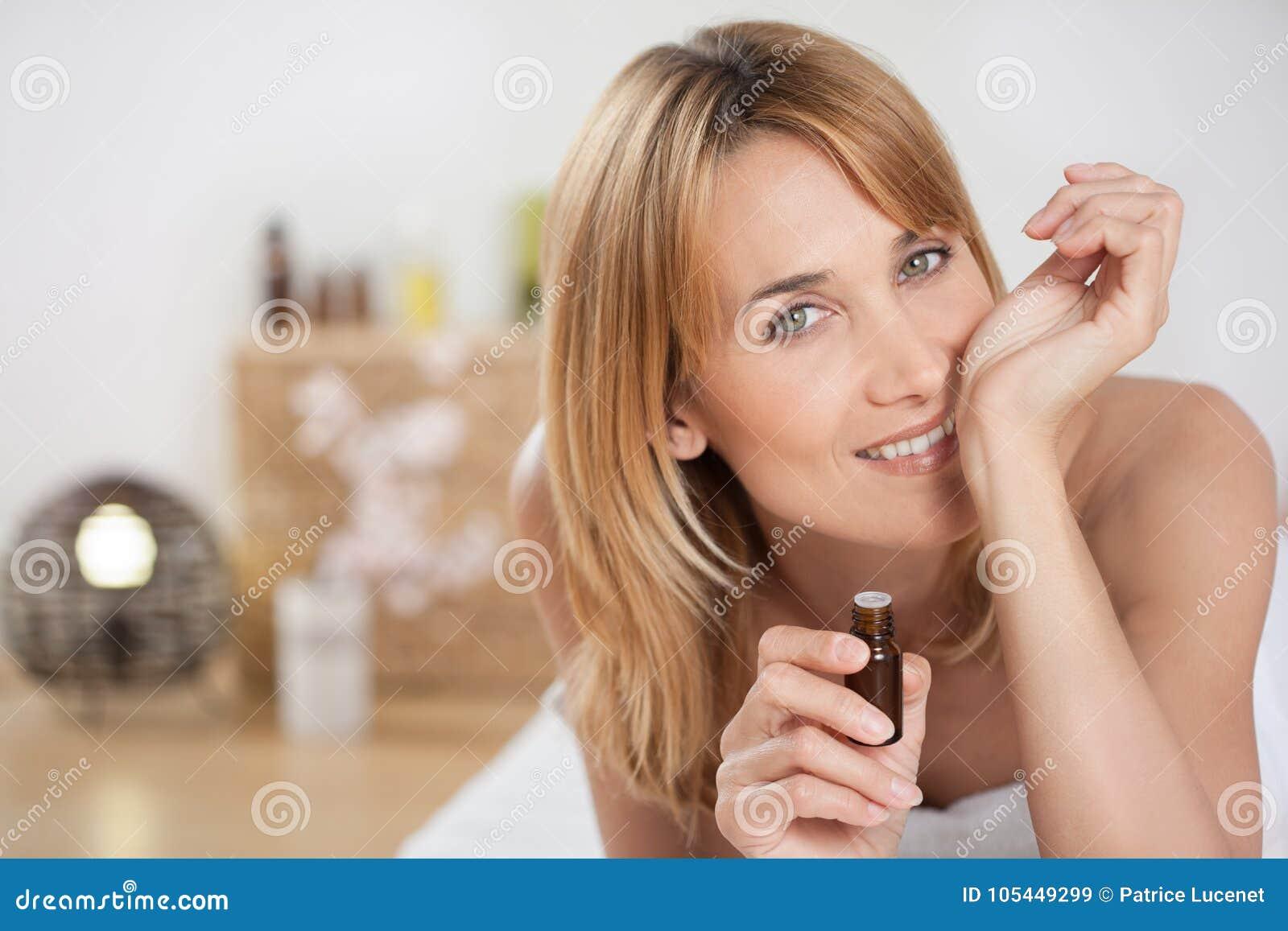 Mulher em uma massagem do banco