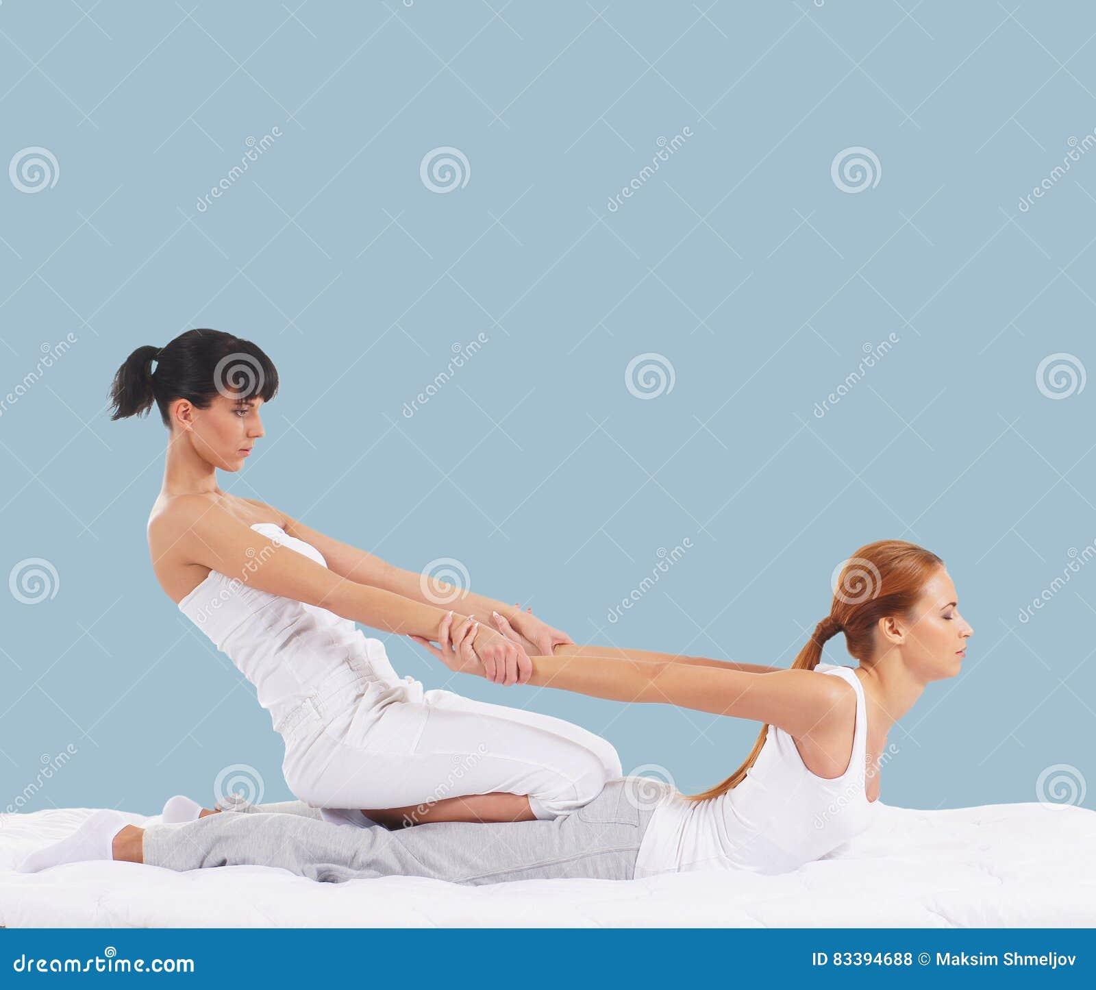Mulher em uma massagem tailandesa em um fundo ciano