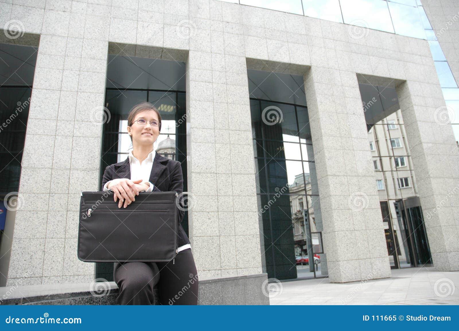 Mulher em uma parte dianteira do edifício corporativo 2