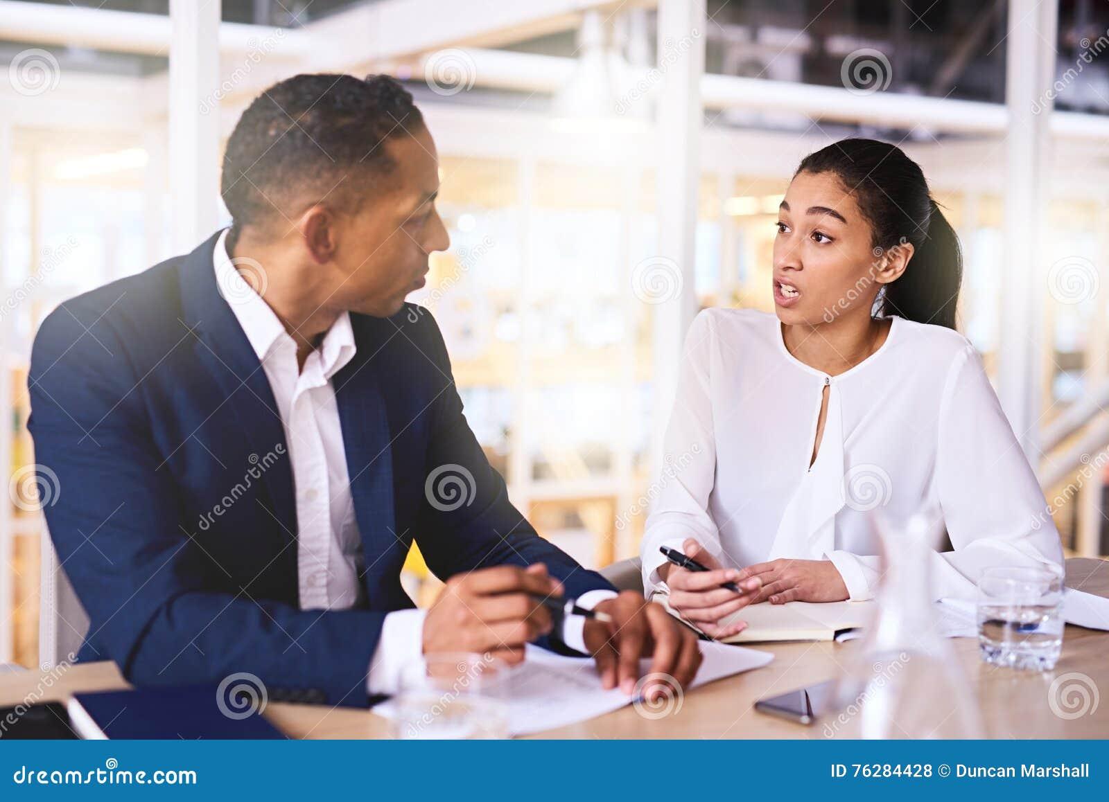 Mulher empreendedora que faz uma proposta do negócio ao acionista masculino rico