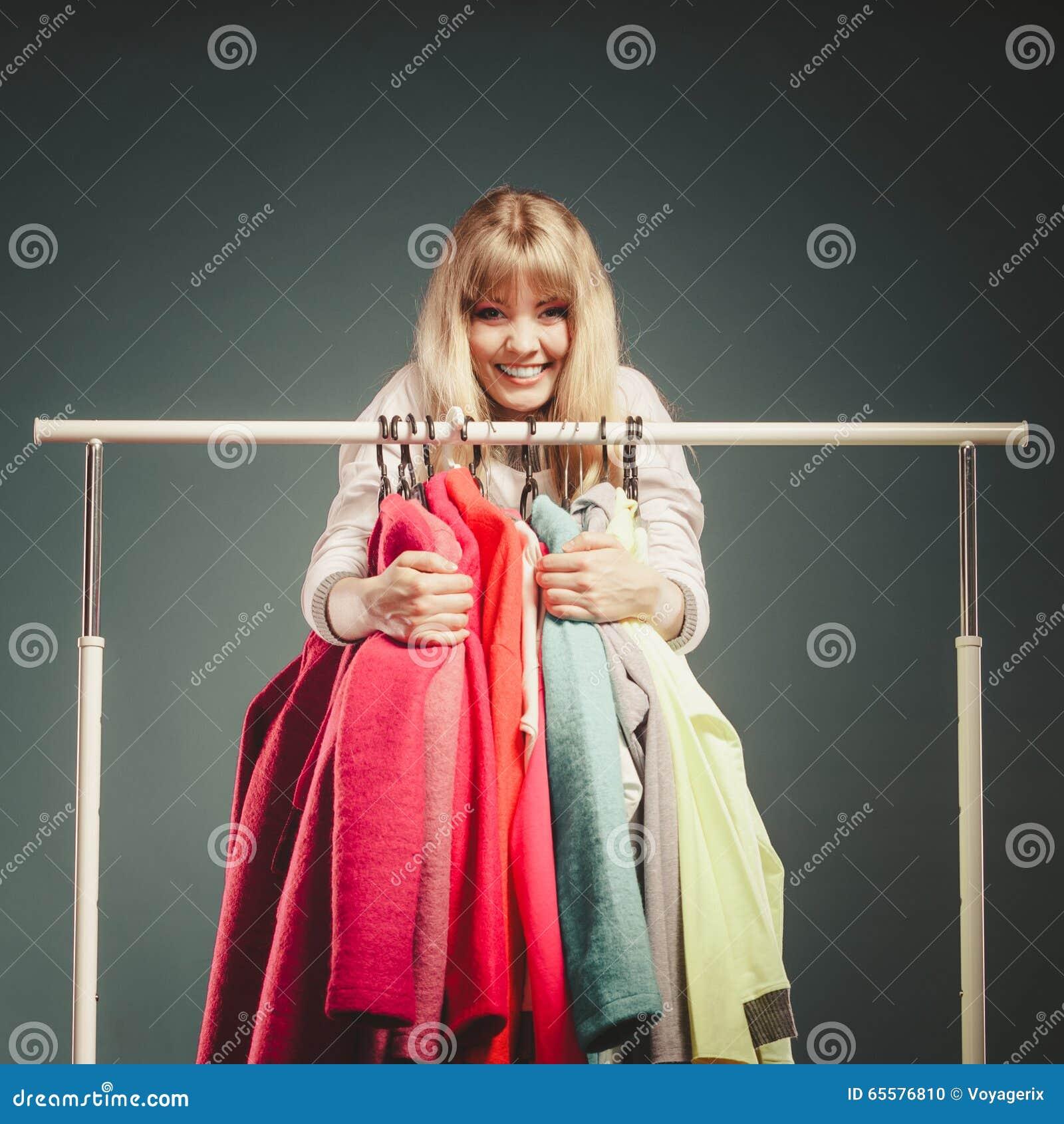 Mulher engraçada que toma toda a roupa na alameda ou no vestuário